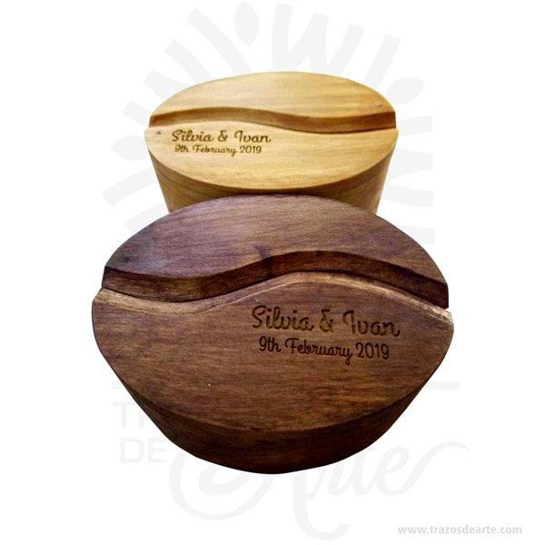 Hermosa y práctica cajagrano de café de madera, viene con hermosas texturas de vetas naturales y un aroma de madera natural. Es perfecta para guardar joyas y cosas pequeñas, este es un maravilloso regalo, suvenir; empresarial o para amigos y familiares. La caja de madera perfeccionará el regalo para la boda, el aniversario, el día de San Valentín u otros eventos. El joyero es una caja quesirve para contener, guardar y conservar pequeños objetos ornamentales para el cuerpo puede contener joyas o bisutería, si la calidad del recubrimiento de un adorno de bisutería fina es buena, puede ser prácticamente indistinguible de unajoya. Este tipo de productos se pueden encontrar también bajo el nombre de envoltorio, maleta,caja, valija, joyero, estuche, guardajoyas entre otros. Tenga en cuenta que la madera es un material único, por lo que cuándo lo reciba será similar, no exactamente al de la foto. Caja grano de café Material: Madera Pino de la Naturaleza Color: Descripción en foto Tamaño 7,3 x 5 x 3,7 cm Dimensión interior: 6 x 3,7 x 3 cm Vendido y enviado por:Trazos de Arte. Fecha estimada de entrega: De 5 a 7 días (en Bogotá, Medellín, Cali), al resto del país de 7 a 14 días. Producto 100% ecológico yamigable con el medio ambiente. Envió rápido y seguro. Personalización Realice un pedido personalizado, podemos agregar lo que desee, como nombre, fecha, frase, logotipo, imagen o empaque regalo. Ofrecemos: Grabado por láser, grabado CNC Router, sublimado o papel adhesivo, el precio varía según el tipo de personalización que desee, encontrara más información enServiciosen nuestro menú secundario. Si desea cotizar o tiene preguntas presione el botónCotizar personalizacióncon gusto las responderemos.