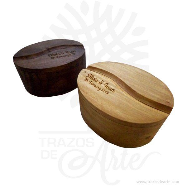 Hermosa y práctica cajagrano de café de madera, viene con hermosas texturas de vetas naturales y un aroma de madera natural. Es perfecta para guardar joyas y cosas pequeñas, este es un maravilloso regalo, suvenir; empresarial o para amigos y familiares. La caja de madera perfeccionará el regalo para la boda, el aniversario, el día de San Valentín u otros eventos. El joyero es una caja quesirve para contener, guardar y conservar pequeños objetos ornamentales para el cuerpo puede contener joyas o bisutería, si la calidad del recubrimiento de un adorno de bisutería fina es buena, puede ser prácticamente indistinguible de unajoya. Este tipo de productos se pueden encontrar también bajo el nombre de envoltorio, maleta,caja, valija, joyero, estuche, guardajoyas entre otros. Tenga en cuenta que la madera es un material único, por lo que cuándo lo reciba será similar, no exactamente al de la foto. Caja grano de café Material: Madera Pino de la Naturaleza Color: Descripción en foto Tamaño 7,3 x 5 x 3,7 cm Dimensión interior: 6 x 3,7 x 3 cm Vendido y enviado por:Trazos de Arte. Fecha estimada de entrega: De 5 a 7 días (en Bogotá, Medellín, Cali), al resto del país de 7 a 14 días. Producto 100% ecológico yamigable con el medio ambiente. Envió rápido y seguro. Personalización Realice un pedido personalizado, podemos agregar lo que desee, como nombre, fecha, frase, logotipo, imagen o empaque regalo. Ofrecemos: Grabado por láser, grabado CNC Router, sublimado o papel adhesivo, el precio varía según el tipo de personalización que desee, encontrara más información enServiciosen nuestro menú secundario. Si desea cotizar o tiene preguntas presione el botónCotizar personalizacióncon gusto las responderemos.Hermosa y práctica cajagrano de café de madera, viene con hermosas texturas de vetas naturales y un aroma de madera natural. Es perfecta para guardar joyas y cosas pequeñas, este es un maravilloso regalo, suvenir; empresarial o para amigos y familiares. La caja de madera perfecciona