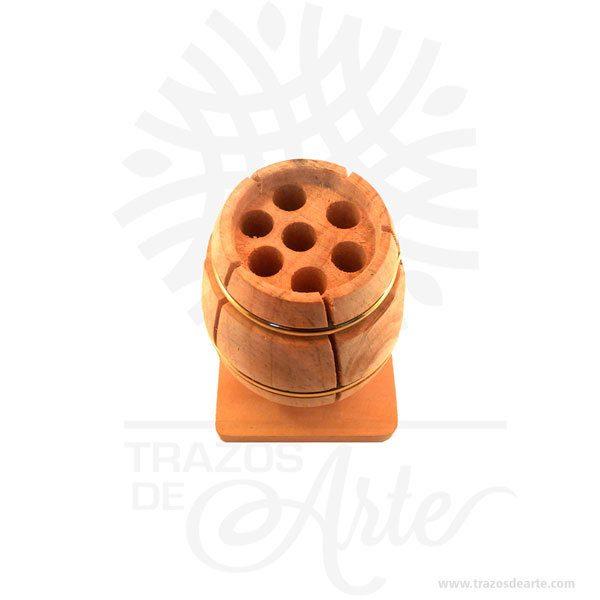 Hermoso y práctico barril porta lápices de madera, viene con hermosas texturas de vetas naturales y un aroma de madera natural. Es perfecto como decoración. Este es un maravilloso regalo, suvenir; empresarial o para amigos y familiares. Elporta lápiceses un objeto que tiene como principal función sostener y mantener loslápices, bolígrafos y otros útiles de dibujo o escritura de forma ordenada y al alcance para utilizarlos de forma rápida en determinadas situaciones. De este modo, se dan mayores facilidades para hacer uso de ellos y no perder tiempo en buscarlos, sin despreciar el aporte decorativo que ofrecen. Tenga en cuenta que la madera es un material único, por lo que cuándo lo reciba será similar, no exactamente al de la foto. Barril porta lápices Material: Madera Pino de la Naturaleza Color: Descripción en foto Diametro 8 cm, Alto 11,5 cm Vendido y enviado por: Trazos de Arte. Envió rápido y seguro. Personalización Realice un pedido personalizado, podemos agregar lo que desee, como nombre, fecha, frase, logo, imagen o empaque regalo. Ofrecemos: Grabado por láser, grabado CNC Router, sublimado o papel adhesivo, el precio varía según el tipo de personalización que desee, encontrara más información en Servicios en nuestro menú secundario. Si desea cotizar o tiene preguntas presione el botónCotizar personalizacióncon gusto las responderemos.