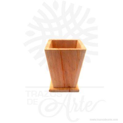 Hermoso y práctica caja porta lápices de madera, viene con hermosas texturas de vetas naturales y un aroma de madera natural. También es perfecto como decoración. Este es un maravilloso regalo, suvenir; empresarial o para amigos y familiares. El porta lápiceses un objeto que tiene como principal función sostener y mantener loslápices, bolígrafos y otros útiles de dibujo o escritura de forma ordenada y al alcance para utilizarlos de forma rápida en determinadas situaciones. De este modo, se dan mayores facilidades para hacer uso de ellos y no perder tiempo en buscarlos, sin despreciar el aporte decorativo que ofrecen. Tenga en cuenta que la madera es un material único, por lo que cuándo lo reciba será similar, no exactamente al de la foto. Caja porta lápices Material: Madera Pino de la Naturaleza Color: Descripción en foto Tamaño 7,5 x 7,5 x 10,5 cm Dimensión interior: 5.5 x 5,5 x 9,5 cm Vendido y enviado por: Trazos de Arte. Envió rápido y seguro. Personalización Realice un pedido personalizado, podemos agregar lo que desee, como nombre, fecha, frase, logo, imagen o empaque regalo. Ofrecemos: Grabado por láser, grabado CNC Router, sublimado o papel adhesivo, el precio varía según el tipo de personalización que desee, encontrara más información en Servicios en nuestro menú secundario. Si desea cotizar o tiene preguntas presione el botónCotizar personalizacióncon gusto las responderemos.