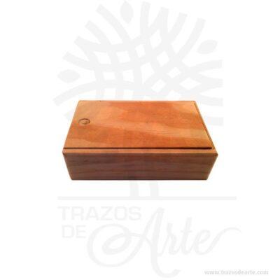 Hermosa y práctica caja estuche en madera, viene con hermosas texturas de vetas naturales y un aroma de madera natural. También es perfecto para guardar joyas y cosas pequeñas. Este es un maravilloso regalo, suvenir; empresarial o para amigos y familiares. Unestuchees una caja pequeña que sirve para guardar cosas de forma ordenada. Generalmente, se utiliza para objetos de pequeñas dimensiones y de cierto valor:joyas,relojes,plumas estilográficas, etc. A la industria que fabrica y comercializa estuches, se la llamaestuchería. En muchas ocasiones, y dependiendo del objeto, el estuche cuenta con unforradointerno para evitar el maltrato del objeto a ser cuidado. El forro interior puede ser de tela o de material esponjoso como laespuma de poliuretanopara ayudar aamortiguarel impacto en caso que, por ejemplo, se cayera el estuche con el objeto dentro o durante su transporte. Tenga en cuenta que la madera es un material único, por lo que cuándo lo reciba será similar, no exactamente al de la foto. Caja estuche en madera Material: Madera Pino de la Naturaleza Color: Descripción en foto Tamaño 16 x 9,5 x 5 cm Dimensión interior: 14,5 x 8 x 3,7 cm Vendido y enviado por: Trazos de Arte. Envió rápido y seguro. Personalización Realice un pedido personalizado, podemos agregar lo que desee, como nombre, fecha, frase, logo, imagen o empaque regalo. Ofrecemos: Grabado por láser, grabado CNC Router, sublimado o papel adhesivo, el precio varía según el tipo de personalización que desee, encontrara más información en Servicios en nuestro menú secundario. Si desea cotizar o tiene preguntas presione el botónCotizar personalizacióncon gusto las responderemos.