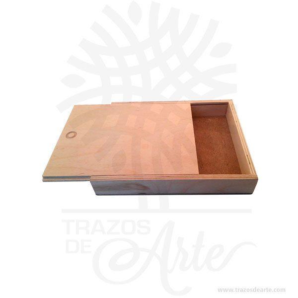 Hermosa y práctica caja estuche en madera, viene con hermosas texturas de vetas naturales y un aroma de madera natural. Es perfecto para guardar joyas y cosas pequeñas. Este es un maravilloso regalo, suvenir; empresarial o para amigos y familiares. Unestuchees una caja pequeña que sirve para guardar cosas de forma ordenada. Generalmente, se utiliza para objetos de pequeñas dimensiones y de cierto valor:joyas,relojes,plumas estilográficas, etc. A la industria que fabrica y comercializa estuches, se la llamaestuchería. En muchas ocasiones, y dependiendo del objeto, el estuche cuenta con unforradointerno para evitar el maltrato del objeto a ser cuidado. El forro interior puede ser de tela o de material esponjoso como laespuma de poliuretanopara ayudar aamortiguarel impacto en caso que, por ejemplo, se cayera el estuche con el objeto dentro o durante su transporte. Tenga en cuenta que la madera es un material único, por lo que cuándo lo reciba será similar, no exactamente al de la foto. caja estuche en madera Material: Madera Pino de la Naturaleza Color: Descripción en foto Tamaño 16 x 13 x 2,5 cm Dimensión interior: 14,5 x 11,7 x 1,7 cm Vendido y enviado por: Trazos de Arte. Envió rápido y seguro.