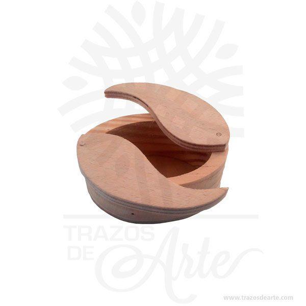 Hermosa y práctica cajagrano de café de madera, viene con hermosas texturas de vetas naturales y un aroma de madera natural. Es perfecta para guardar joyas y cosas pequeñas, este es un maravilloso regalo, suvenir; empresarial o para amigos y familiares. El joyero es una caja quesirve para contener, guardar y conservar pequeños objetos ornamentales para el cuerpo puede contener joyas o bisutería, si la calidad del recubrimiento de un adorno de bisutería fina es buena, puede ser prácticamente indistinguible de unajoya. Tenga en cuenta que la madera es un material único, por lo que cuándo lo reciba será similar, no exactamente al de la foto. Caja grano de café Material: Madera Pino de la Naturaleza Color: Descripción en foto Tamaño 7,3 x 5 x 3,7 cm Dimensión interior: 6 x 3,7 x 3 cm Vendido y enviado por:Trazos de Arte. Envió rápido y seguro. Personalización Realice un pedido personalizado, podemos agregar lo que desee, como nombre, fecha, frase, logotipo, imagen o empaque regalo. Ofrecemos: Grabado por láser, grabado CNC Router, sublimado o papel adhesivo, el precio varía según el tipo de personalización que desee, encontrara más información enServiciosen nuestro menú secundario. Si desea cotizar o tiene preguntas presione el botónCotizar personalizacióncon gusto las responderemos.