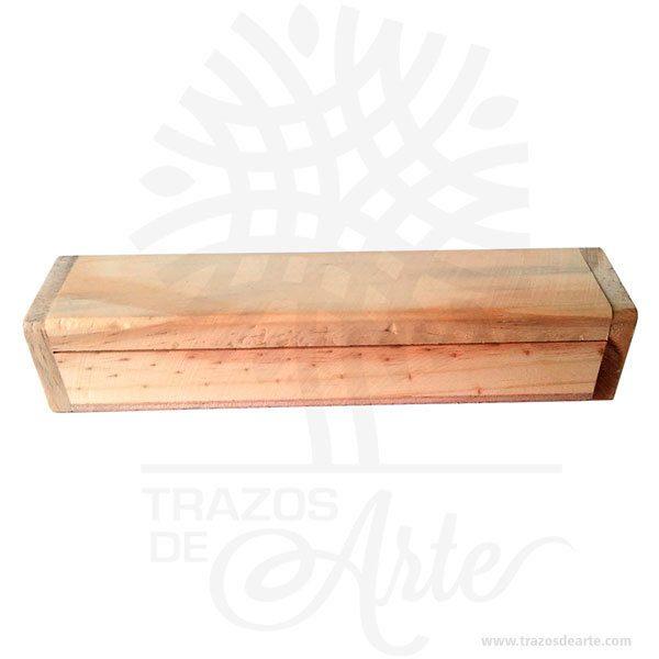 Caja portalápices pack x 3 hermosa y práctica caja de madera con hermosas texturas de vetas naturales y un aroma de madera natural. También es perfecto para guardar joyas y cosas pequeñas. Este es un maravilloso regalo, suvenir; empresarial o para amigos y familiares. Elportalápiceses un objeto que tiene como principal función sostener y mantener loslápices, bolígrafos y otros útiles de dibujo o escritura de forma ordenada y al alcance para utilizarlos de forma rápida en determinadas situaciones. De este modo, se dan mayores facilidades para hacer uso de ellos y no perder tiempo en buscarlos, sin despreciar el aporte decorativo que ofrecen. También puede usarse comoestuchepara guardar cosas de forma ordenada. Generalmente, se utiliza para objetos de pequeñas dimensiones y de cierto valor:joyas,relojes,plumas estilográficas, etc. A la industria que fabrica y comercializa estuches, se la llamaestuchería. Este tipo de productos se pueden encontrar también bajo el nombre de envoltorio, maleta,caja, valija, joyero, estuche, guardajoyas, guacal entre otros. En muchas ocasiones, y dependiendo del objeto, el estuche cuenta con unforradointerno para evitar el maltrato del objeto a ser cuidado. El forro interior puede ser de tela o de material esponjoso como laespuma de poliuretanopara ayudar aamortiguarel impacto en caso que, por ejemplo, se cayera el estuche con el objeto dentro o durante su transporte. El principal lugar en el que los encontramos es en lasoficinas,escritorios, espacios de estudio, entre otros. Son excelentes útiles escolares para mantener siempre en orden tus lapices y bolígrafos. Tenga en cuenta que la madera es un material único, por lo que cuándo lo reciba será similar, no exactamente al de la foto. Caja portalápices pack x 3 Material: Madera Pino de la Naturaleza Color: Descripción en foto (Crudo) Tamaño 16,3 x 3,5 x 3 cm Dimensión interior: 15 x 2,4 x 2 cm Vendido y enviado por: Trazos de Arte. Envió rápido y seguro. Fecha estimada de entrega: De 5 a 