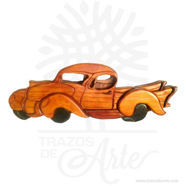 """Hermoso y decorativo colgante imagen de carro en madera intarsia. Es hecho de diferentes tipos de madera, basado en requisitos de color, para conseguir el efecto deseado. Las diferentes piezas se cortan de la madera deseada cepillada de diferentes espesores para proporcionar profundidad y contorno luego cuidadosamente a mano se pulen y se pegan a la placa de respaldo. Apariencia rústica conveniente para colgar casi en cualquier lugar. La técnica de intarsia incrusta secciones de madera dentro de la sólida matriz de piedra de pisos y paredes o de mesas y otros muebles. Por contraste marquetería ensambla un patrón dechapaspegadas sobre la canal. Se cree que la palabra """"intarsia"""" se deriva de la palabra latina """"interserere"""" que significa """"insertar"""". Cuando Egipto entró bajo el dominio árabe en el siglo VII, las artes indígenas de intarsia y incrustaciones de madera, que se prestaban a los decorados no representativos y los patrones deazulejos, se extendieron por todo elmagreb. La técnica de intarsia ya se había perfeccionado en el norte de África islámico antes de que se introdujera en la Europa cristiana a través deSiciliayAndalucía.  Carro en madera intarsia Tamaño 37 × 15 × 3 cm. Color: Descripción en foto. Pintado a mano. Vendido y enviado por: Trazos de Arte. Envió rápido y seguro. Personalización Realice un pedido personalizado, podemos agregar lo que desee, como nombre, fecha, frase, logotipo, imagen o empaque regalo. Ofrecemos: Grabado por láser, grabado CNC Router, sublimado o papel adhesivo, el precio varía según el tipo de personalización que desee, encontrara más información enServiciosen nuestro menú secundario. Si desea cotizar o tiene preguntas presione el botónCotizar personalizacióncon gusto las responderemos."""