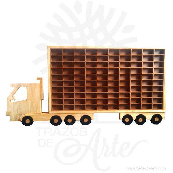 """Hermoso y decorativo camión repisa para 100 carrosimagen de carro en madera intarsia. Es hecho de diferentes tipos de madera, basado en requisitos de color, para conseguir el efecto deseado. Las diferentes piezas se cortan de la madera deseada cepillada de diferentes espesores para proporcionar profundidad y contorno luego cuidadosamente a mano se pulen y se pegan a la placa de respaldo. Apariencia rústica conveniente para colgar casi en cualquier lugar. La técnica de intarsia incrusta secciones de madera dentro de la sólida matriz de piedra de pisos y paredes o de mesas y otros muebles. Por contraste marquetería ensambla un patrón dechapaspegadas sobre la canal. Se cree que la palabra """"intarsia"""" se deriva de la palabra latina """"interserere"""" que significa """"insertar"""". Cuando Egipto entró bajo el dominio árabe en el siglo VII, las artes indígenas de intarsia y incrustaciones de madera, que se prestaban a los decorados no representativos y los patrones deazulejos, se extendieron por todo elmagreb. La técnica de intarsia ya se había perfeccionado en el norte de África islámico antes de que se introdujera en la Europa cristiana a través deSiciliayAndalucía.  Camión repisa para 100 carros Tamaño 140 × 80 × 6 cm. Color: Descripción en foto. Pintado a mano. Vendido y enviado por: Trazos de Arte. Envió rápido y seguro. Personalización Realice un pedido personalizado, podemos agregar lo que desee, como nombre, fecha, frase, logotipo, imagen o empaque regalo. Ofrecemos: Grabado por láser, grabado CNC Router, sublimado o papel adhesivo, el precio varía según el tipo de personalización que desee, encontrara más información enServiciosen nuestro menú secundario. Si desea cotizar o tiene preguntas presione el botónCotizar personalizacióncon gusto las responderemos."""