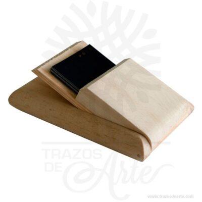 Hermosa y práctica caja tarjetero cerrado de madera, viene con hermosas texturas de vetas naturales y un aroma de madera natural. También es perfecto para guardar cosas pequeñas. Este es un maravilloso regalo, suvenir; empresarial o para amigos y familiares. Es un un pequeño objeto (generalmente del tamaño de unbolsillo) utilizado para guardar y llevar consigotarjetas de presentación, tarjetas de identificación,carnés, tarjetas de débito,tarjetas de crédito, y otros artículos tales como resguardos, tickets, etc. Los tarjeteros se diseñan para caber en un bolsillo obolsomás grande. Tenga en cuenta que la madera es un material único, por lo que cuándo lo reciba será similar, no exactamente al de la foto. Caja Tarjetero Cerrado Material: Madera Pino de la Naturaleza Color: Descripción en foto Tamaño 13 x 8,5 x 2,5 cm Dimensión interior: 8,5 x 5,5 x 1 cm Vendido y enviado por: Trazos de Arte. Envió rápido y seguro. Personalización Realice un pedido personalizado, podemos agregar lo que desee, como nombre, fecha, frase, logo, imagen o empaque regalo. Ofrecemos: Grabado por láser, grabado CNC Router, sublimado o papel adhesivo, el precio varía según el tipo de personalización que desee, encontrara más información en Servicios en nuestro menú secundario. Si desea cotizar o tiene preguntas presione el botónCotizar personalizacióncon gusto las responderemos.