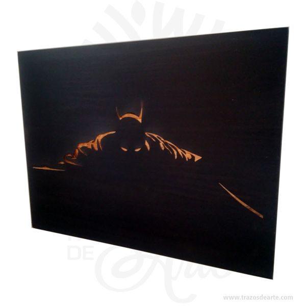"""Cuadro Batman en pino 1,8 cm de grosor grabado en láser, son una excelente alternativa a los cuadros tradicionales, pintado a mano color negro. Este es un maravilloso regalo para amigos y familiares. Elgrabado láseres un proceso sin contacto entre el objetograbadoy """"lo que graba"""". El rayolásergenera un efecto de desgaste sobre la pieza o el material que se va agrabaro cortar.. Batman(conocido inicialmente comoThe Bat-Man) es unpersonajecreado por los estadounidensesBob KaneyBill Finger, y propiedad deDC Comics. Apareció por primera vez en la historia titulada «El caso del sindicato químico» de la revistaDetective Comicsn.º 27, lanzada por la editorialNational Publicationsen mayo de1939. Laidentidad secretade Batman esBruce Wayne(Bruno Díaz en algunos países de habla hispana),un empresario multimillonario yfilántropodeGotham City. Después de ser testigo del asesinato de sus padres en un violento y fallido asalto cuando era niño, jura vengarse y combatir la delincuencia para lo cual se somete a un riguroso entrenamiento físico y mental. Adopta el diseño de unmurciélagopara su vestimenta, sus utensilios de combate y sus vehículos. A diferencia de lossuperhéroes, no tienesuperpoderes: recurre a su intelecto, así como a aplicaciones científicas y tecnológicas para crear armas y herramientas con las cuales lleva a cabo sus actividades. Vive en la mansión Wayne, en cuyos subterráneos se encuentra laBatcave, el centro de operaciones de Batman. Recibe la ayuda constante de otros aliados, Robin,Batgirl(posteriormenteOráculo),Nightwing, el comisionado de la policía local,James Gordony su mayordomoAlfred Pennyworth."""