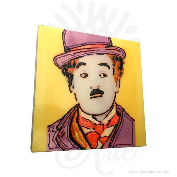 Hermoso Cuadro Charles Chaplin artesanal en MDF de alta calidad de 3 mm, son una excelente alternativa a los cuadros tradicionales, pintado a mano. SirCharles Spencer «Charlie» Chaplin(Londres,Inglaterra,Reino Unido,16 de abrilde1889-Corsier-sur-Vevey,Suiza,25 de diciembrede1977) fue unactor,humorista,compositor,productor,guionista,director,escritoryeditorbritánico. Adquirió gran popularidad en elcine mudogracias a las múltiples películas que realizó con su personajeCharlot. A partir de entonces, es ampliamente considerado un símbolo delhumorismoy del cine mudo. Para el final de laPrimera Guerra Mundial, era uno de los hombres más reconocidos de la cinematografía mundial. Sus padres también estuvieron relacionados con el mundo del espectáculo, especialmente con el género delmusic-hall. Chaplin debutó a la edad de cinco años, cuando reemplazó a su madre en una actuación. Para 1912, ya había actuado con la compañía teatral deFred Karno, con quien recorrió diversos países. Su personajeCharlotdebutó en 1914, en la películaGanándose el pan, y durante ese año rodó treinta y cinco cortometrajes, entre ellosTodo por un paraguas,Charlot en el baileyCharlot y el fuego. Sin embargo, las películas más destacadas de Chaplin fueronLa quimera del oro(1925),Luces de la ciudad(1931),Tiempos modernos(1936) yEl gran dictador(1940). Sus técnicas al momento de filmar incluíanslapstick,mímica,pantomimay demás rutinas de comedia visual. Cuadro Charles Chaplin Tamaño 20 × 20 × 3 cm. Material: MDF de alta calidad 3 mm. Color: Descripción en foto. Pintado a mano. Vendido y enviado por: Trazos de Arte. Envió rápido y seguro. Personalización Realice un pedido personalizado, podemos agregar lo que desee, como nombre, fecha, frase, logotipo, imagen o empaque regalo. Ofrecemos: Grabado por láser, grabado CNC Router, sublimado o papel adhesivo, el precio varía según el tipo de personalización que desee, encontrara más información enServiciosen nuestro menú secundario. Si desea cotizar o tiene preg