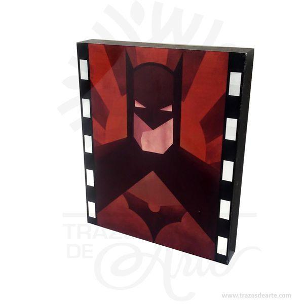 Hermososcuadros SuperhéroesBatman sublimado son una excelente alternativa a los cuadros tradicionales es un elemento decorativo perfecto para hogar o tiendas. Este es un maravilloso regalo empresarial o para amigos y familiares. En este caso en particular es transferir una impresión(gráfica o texto o combinación de ambos) hecha sobre un papel especial llamado Transferencia en un objeto o artículo de polyester o con un recubrimiento de polyester o polímero especial. Batman(conocido inicialmente comoThe Bat-Man) es unpersonajecreado por los estadounidensesBob KaneyBill Finger, y propiedad deDC Comics. Apareció por primera vez en la historia titulada «El caso del sindicato químico» de la revistaDetective Comicsn.º 27, lanzada por la editorialNational Publicationsen mayo de1939. Laidentidad secretade Batman esBruce Wayne(Bruno Díaz en algunos países de habla hispana),un empresario multimillonario yfilántropodeGotham City. Después de ser testigo del asesinato de sus padres en un violento y fallido asalto cuando era niño, jura vengarse y combatir la delincuencia para lo cual se somete a un riguroso entrenamiento físico y mental. Adopta el diseño de unmurciélagopara su vestimenta, sus utensilios de combate y sus vehículos. A diferencia de lossuperhéroes, no tienesuperpoderes: recurre a su intelecto, así como a aplicaciones científicas y tecnológicas para crear armas y herramientas con las cuales lleva a cabo sus actividades. Vive en la mansión Wayne, en cuyos subterráneos se encuentra laBatcave, el centro de operaciones de Batman. Recibe la ayuda constante de otros aliados, Robin,Batgirl(posteriormenteOráculo),Nightwing, el comisionado de la policía local,James Gordony su mayordomoAlfred Pennyworth. Cuadros Superheroes Batman Tamaño 25 × 20 × 3 cm. Materiales: Mdf y aluminio. Color: Descripción en foto. Sublimado. Vendido y enviado por: Trazos de Arte. Envió rápido y seguro. Personalización Realice un pedido personalizado, podemos agregar lo que desee, como nombre, fecha, 