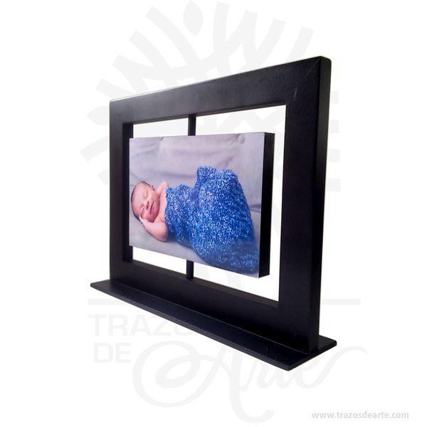 FotoSet Giratorio Horizontal 2 Caras 15cm x 10cm, es un portaretrato con adhesivo para pegar lámina sublimada. Envíanos tus fotos, el precio incluye sublimación. Es un soporteparacolocarfotografíasque puede tener todo tipo de fotos. Las fotos se subliman en laminas de aluminio y se adhieren al marco de madera Lasublimaciónes unatécnica de impresión digitalque te permitecrear regalos personalizadosde modo muy sencillo. Consiste en plasmar una imagen fotográfica sobre un soporte (camiseta, taza, portafotos, carcasa de teléfono, bolso, azulejos, etc.) consiguiendo crear un artículo personalizado único y exclusivo. FotoSet Giratorio Horizontal 2 Caras 15cm x 10cm Tamaño 18 × 23 × 5.5 cm. Material: MDF de alta. Color: Descripción en foto. Vendido y enviado por: Trazos de Arte. Envió rápido y seguro. Personalización Realice un pedido personalizado, podemos agregar lo que desee, como nombre, fecha, frase, logotipo, imagen o empaque regalo. Ofrecemos: Grabado por láser, grabado CNC Router, sublimado o papel adhesivo, el precio varía según el tipo de personalización que desee, encontrara más información enServiciosen nuestro menú secundario. Si desea cotizar o tiene preguntas presione el botónCotizar personalizacióncon gusto las responderemos.