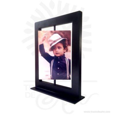 FotoSet Giratorio Vertical 2 Caras 10cm x 15cm, es un portaretrato con adhesivo para pegar lámina sublimada. Envíanos tus fotos, el precio incluye sublimación. Es un soporte paracolocarfotografíasque puede tener todo tipo de fotos. Las fotos se subliman en laminas de aluminio y se adhieren al marco de madera Lasublimaciónes unatécnica de impresión digitalque te permitecrear regalos personalizadosde modo muy sencillo. Consiste en plasmar una imagen fotográfica sobre un soporte (camiseta, taza, portafotos, carcasa de teléfono, bolso, azulejos, etc.) consiguiendo crear un artículo personalizado único y exclusivo. Cuadro Charles Chaplin Tamaño 23 × 18 × 5.5 cm. Material: MDF de alta. Color: Descripción en foto. Vendido y enviado por: Trazos de Arte. Envió rápido y seguro. Personalización Realice un pedido personalizado, podemos agregar lo que desee, como nombre, fecha, frase, logotipo, imagen o empaque regalo. Ofrecemos: Grabado por láser, grabado CNC Router, sublimado o papel adhesivo, el precio varía según el tipo de personalización que desee, encontrara más información enServiciosen nuestro menú secundario. Si desea cotizar o tiene preguntas presione el botónCotizar personalizacióncon gusto las responderemos.