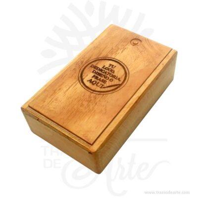 Práctica caja estuche en madera 10 X 16 para personalizar, viene con hermosas texturas de vetas naturales y un aroma de madera natural. También es perfecto para guardar joyas y cosas pequeñas. Este es un maravilloso regalo, suvenir; empresarial o para amigos y familiares. Unestuchees una caja pequeña que sirve para guardar cosas de forma ordenada. Generalmente, se utiliza para objetos de pequeñas dimensiones y de cierto valor:joyas,relojes,plumas estilográficas, etc. A la industria que fabrica y comercializa estuches, se la llamaestuchería. En muchas ocasiones, y dependiendo del objeto, el estuche cuenta con unforradointerno para evitar el maltrato del objeto a ser cuidado. El forro interior puede ser de tela o de material esponjoso como laespuma de poliuretanopara ayudar aamortiguarel impacto en caso que, por ejemplo, se cayera el estuche con el objeto dentro o durante su transporte. Tenga en cuenta que la madera es un material único, por lo que cuándo lo reciba será similar, no exactamente al de la foto. Caja Estuche en Madera 10 X 16 para personalizar Material: Madera Pino de la Naturaleza Color: Descripción en foto Tamaño 16 x 9,5 x 5 cm Dimensión interior: 14,5 x 8 x 3,7 cm Vendido y enviado por: Trazos de Arte. Envío rápido y seguro. Fecha estimada de entrega: De 5 a 7 días (en Bogotá, Medellín, Cali), al resto del país de 7 a 14 días. Personalización Realice un pedido personalizado, podemos agregar lo que desee, como nombre, fecha, frase, logotipo, imagen o empaque regalo. Ofrecemos: Grabado por láser, grabado CNC Router, sublimado o papel adhesivo, el precio varía según el tipo de personalización que desee, encontrara más información enServiciosen nuestro menú secundario. Si desea cotizar o tiene preguntas presione el botónCotizar personalizacióncon gusto las responderemos.
