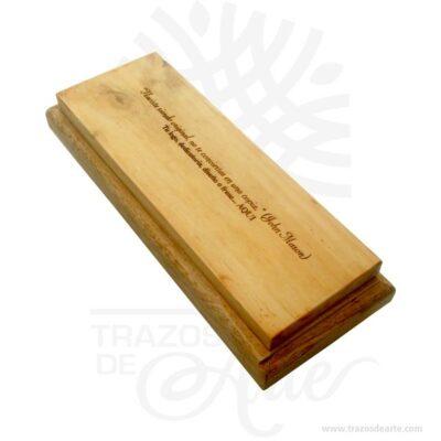 Práctica caja estuche en madera 25,5 x 10 x 5,5 cm para personalizar, viene con hermosas texturas de vetas naturales y un aroma de madera natural. También es perfecto para guardar joyas y cosas pequeñas. Es perfecto para guardar joyas y cosas pequeñas e incluso usar como porta velas. Este es un maravilloso regalo, suvenir; empresarial o para amigos y familiares. Unestuchees una caja pequeña que sirve para guardar cosas de forma ordenada. Generalmente, se utiliza para objetos de pequeñas dimensiones y de cierto valor:joyas,relojes,plumas estilográficas, etc. A la industria que fabrica y comercializa estuches, se la llamaestuchería. En muchas ocasiones, y dependiendo del objeto, el estuche cuenta con unforradointerno para evitar el maltrato del objeto a ser cuidado. El forro interior puede ser de tela o de material esponjoso como laespuma de poliuretanopara ayudar aamortiguarel impacto en caso que, por ejemplo, se cayera el estuche con el objeto dentro o durante su transporte. Tenga en cuenta que la madera es un material único, por lo que cuándo lo reciba será similar, no exactamente al de la foto. Caja estuche en Madera 25,5 x 10 x 5,5 cm para personalizar Material: Madera Pino de la Naturaleza Color: Descripción en foto Tamaño 25,5 x 10 x 5,5 cm Dimensión interior: 22 x 6 x 3 cm Vendido y enviado por: Trazos de Arte. Envió rápido y seguro. Fecha estimada de entrega: De 5 a 7 días (en Bogotá, Medellín, Cali), al resto del país de 7 a 14 días.