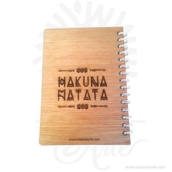 Cuaderno madera para personalizar lo puedes convertir en un articulo muy original,viene con hermosas texturas de vetas naturales y un aroma de madera natural. Precio incluye personalización. Este es un maravilloso regalo para estudiantes, universitarios, empresarios o para amigos y familiares. Tenga en cuenta que la madera es un material único, por lo que cuando lo reciba será similar, no exactamente al de la foto. Uncuaderno(también llamadocuadernillo,libreta,libro de notas, etc.) es un libro de pequeño o gran tamaño que se utiliza para tomar notas,dibujar,escribir, hacer tareas o añadir apuntes. Aunque mucha gente usa libretas, éstas son más comúnmente asociadas con losestudiantesque suelen llevar cuadernos para apuntar las notas/apuntes de las distintas asignaturas, o realizar los trabajos que los profesores les piden. Losartistasusan a menudo grandes cuadernos que incluyen amplios espacios de papel en blanco para poderdibujar. Cuaderno madera para personalizar Materiales: Madera triplex 2 mm de espesor, proveniente de una plantación forestal certificada. Tamaño: Formato: 15 x 21,5 cm. Color: Descripción en foto Especificaciones: Cortadas y grabadas en laser. Encuadernación: Anillado doble o metálico. Separadores: 2 de cartulina Cantidad de páginas: 100 Vendido y enviado por: Trazos de Arte. Envío rápido y seguro. Personalización Realice un pedido personalizado, podemos agregar lo que desee, como nombre, fecha, frase, logotipo, imagen o empaque regalo. Ofrecemos: Grabado por láser, grabado CNC Router, sublimado o papel adhesivo, el precio varía según el tipo de personalización que desee, encontrara más información enServiciosen nuestro menú secundario. Si desea cotizar o tiene preguntas presione el botónCotizar personalizacióncon gusto las responderemos.