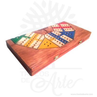 Parqués Antiguo TDA, es un juego muy divertido, esta hecho enpino de 18 mm de alta calidad , Es un elemento decorativo perfecto para hogar o la empresa. Este es un maravilloso regalo empresarial o para amigos y familiares. Parquéses unjuego de mesacolombianoderivado delParchísespañol y este a su vez del antiguoPachisi,Chaupat. El parqués es un juego de pensar influido por el azar; se juega con dosdados, pero se deben pensar las jugadas para tratar de escoger la mejor. Cadajugadorposee 4 fichas; sin embargo, se puede jugar con menos. Hay tableros de parqués para 4, 6, 8 y 12 jugadores, siendo los más comunes los de 4. Es un juego para 2 jugadores en adelante. Elturnose pasa por la derecha y lametaes llevar todas las fichas hasta el final utilizando diferentes estrategias como enviar a otros jugadores a la cárcel, proponer captura de fichas y distribuir las fichas para encerrar a las otras entre seguros, propiciando elriesgo. Los tableros pueden ser de varios tipos y motivos: el tipo más común es el tablero enmarcado que permite que se lancen los dados encima de él. Se venden los motivos de bolsillo que están hechos decartón, los clásicos demaderay las versionesmagnéticas, similares a los tableros deajedrezde este tipo. Asimismo, los entusiastas del juego pueden dibujar y enmarcar el tablero ellos mismos. El más común es el de cuatro puestos, pero también existen los inusuales de seis u ocho. Cuando hay dos jugadores las cárceles se dejan endiagonaly cuando hay tres se disputa quién gana la «larga», es decir, la zona que a la derecha no tiene un oponente, por medio del que saque mayornúmeroen los dados. Parqués Antiguo TDA Tamaño 40 × 40 cm. Material: Pino de alta calidad de 18 mm. Color: Descripción en foto. Vendido y enviado por: Trazos de Arte. Envió rápido y seguro. Pintado a mano. Este producto puede ser personalizado. Fecha estimada de entrega: De 3 a 5 días habiles (en Bogotá, Medellín, Cali), al resto del país de 5 a 14 días. Envió rápido y seguro. Personaliza