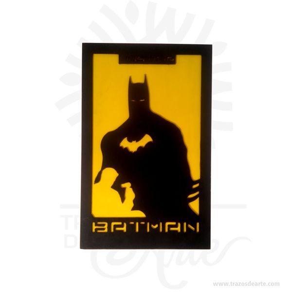 Batman Cuadro Clasico en MDF cortado en CNC router, son una excelente alternativa a los cuadros tradicionales, pintado a mano. Este es un maravilloso regalo para amigos y familiares. Batman(conocido inicialmente comoThe Bat-Man) es unpersonajecreado por los estadounidensesBob KaneyBill Finger, y propiedad deDC Comics. Apareció por primera vez en la historia titulada «El caso del sindicato químico» de la revistaDetective Comicsn.º 27, lanzada por la editorialNational Publicationsen mayo de1939. Laidentidad secretade Batman esBruce Wayne(Bruno Díaz en algunos países de habla hispana),un empresario multimillonario yfilántropodeGotham City. Después de ser testigo del asesinato de sus padres en un violento y fallido asalto cuando era niño, jura vengarse y combatir la delincuencia para lo cual se somete a un riguroso entrenamiento físico y mental. Adopta el diseño de unmurciélagopara su vestimenta, sus utensilios de combate y sus vehículos. A diferencia de lossuperhéroes, no tienesuperpoderes: recurre a su intelecto, así como a aplicaciones científicas y tecnológicas para crear armas y herramientas con las cuales lleva a cabo sus actividades. Vive en la mansión Wayne, en cuyos subterráneos se encuentra laBatcave, el centro de operaciones de Batman. Recibe la ayuda constante de otros aliados, Robin,Batgirl(posteriormenteOráculo), Nightwing, el comisionado de la policía local,James Gordony su mayordomoAlfred Pennyworth. Batman Cuadro Clasico en MDF Tamaño 40 × 30 × 3 mm. Material: Pino de 1,8 cm. Color: Descripción en foto. Pintado a mano. Vendido y enviado por: Trazos de Arte. Envió rápido y seguro. Personalización Realice un pedido personalizado, podemos agregar lo que desee, como nombre, fecha, frase, logotipo, imagen o empaque regalo. Ofrecemos: Grabado por láser, grabado CNC Router, sublimado o papel adhesivo, el precio varía según el tipo de personalización que desee, encontrara más información enServiciosen nuestro menú secundario. Si desea cotizar o tiene preguntas 