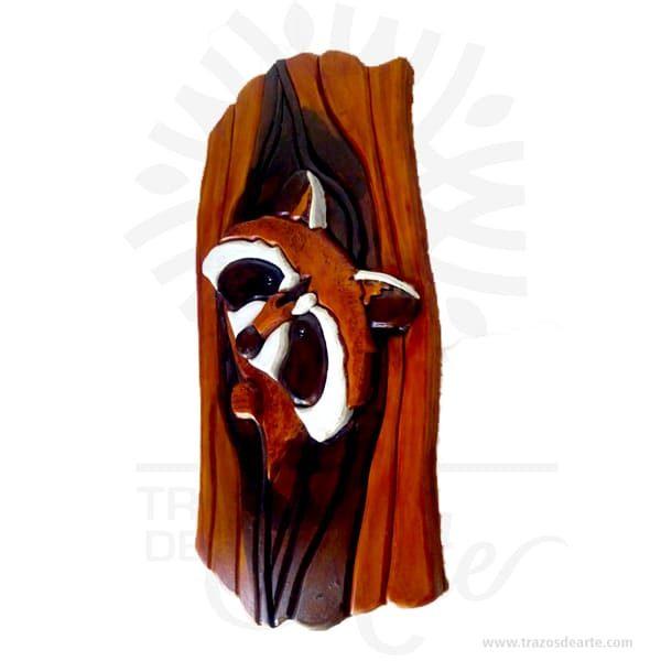 """Este majestuoso y decorativo colgante imagen de Mapache intarsia. Es hecho de diferentes tipos de madera, basado en requisitos de color, para conseguir el efecto deseado. Las diferentes piezas se cortan de la madera deseada cepillada de diferentes espesores para proporcionar profundidad y contorno luego cuidadosamente a mano se pulen y se pegan a la placa de respaldo. Apariencia rústica conveniente para colgar casi en cualquier lugar. La técnica de intarsia incrusta secciones de madera dentro de la sólida matriz de piedra de pisos y paredes o de mesas y otros muebles. Por contraste marquetería ensambla un patrón dechapaspegadas sobre la canal. Se cree que la palabra """"intarsia"""" se deriva de la palabra latina """"interserere"""" que significa """"insertar"""". Cuando Egipto entró bajo el dominio árabe en el siglo VII, las artes indígenas de intarsia y incrustaciones de madera, que se prestaban a los decorados no representativos y los patrones deazulejos, se extendieron por todo elmagreb. La técnica de intarsia ya se había perfeccionado en el norte de África islámico antes de que se introdujera en la Europa cristiana a través deSiciliayAndalucía. Mapache intarsia Tamaño 37 × 18 × 4 cm. Color: Descripción en foto. Pintado a mano. Vendido y enviado por: Trazos de Arte. Envió rápido y seguro. Fecha estimada de entrega: De 5 a 7 días (en Bogotá, Medellín, Cali), al resto del país de 9 a 16 días. Personalización Realice un pedido personalizado, podemos agregar lo que desee, como nombre, fecha, frase, logotipo, imagen o empaque regalo. Ofrecemos: Grabado por láser, grabado CNC Router, sublimado o papel adhesivo, el precio varía según el tipo de personalización que desee, encontrara más información enServiciosen nuestro menú secundario. Si desea cotizar o tiene preguntas presione el botónCotizar personalizacióncon gusto las responderemos."""