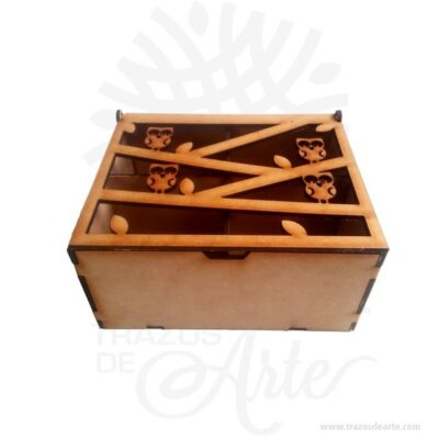 Caja de te en madera MDF de 3 mm de espesor de 16 x 13 x 8.5 cm, con 4 divisiones internas, acabado al natural. Son cajas artesanales con tapa calada, tambien son perfectas para guardar joyas y cosas pequeñas. Este es un maravilloso regalo, suvenir; empresarial o para amigos y familiares. Puede ser un Proyecto de caja de té en madera si deseas pintarla. Unestuchees una caja pequeña que sirve para guardar bolsas para te de forma ordenada. Eltées unainfusiónde lashojasybrotesde la planta del té (Camellia sinensis). La popularidad de esta bebida es solamente sobrepasada por elagua. Su sabor es fresco, ligeramente amargo y astringente; este gusto es agradable para mucha gente. Tenga en cuenta que la madera es un material único, por lo que cuándo lo reciba será similar, no exactamente al de la foto. Caja de te en madera MDF de 3 mm de espesor de 16 x 13 x 8.5 cm, con 4 divisiones internas Material: Madera MDF 3 mm Color: Descripción en foto Tamaño: 16 x 13 x 8.5 cm Tapa Calada 4 divisiones internas. Vendido y enviado por: Trazos de Arte. Envió rápido y seguro. Fecha estimada de entrega: De 5 a 7 días (en Bogotá, Medellín, Cali), al resto del país de 7 a 14 días. Personalización Realice un pedido personalizado, podemos agregar lo que desee, como nombre, fecha, frase, logotipo, imagen o empaque regalo. Ofrecemos: Grabado por láser, grabado CNC Router, sublimado o papel adhesivo, el precio varía según el tipo de personalización que desee, encontrara más información enServiciosen nuestro menú secundario. Si desea cotizar o tiene preguntas presione el botónCotizar personalizacióncon gusto las responderemos.