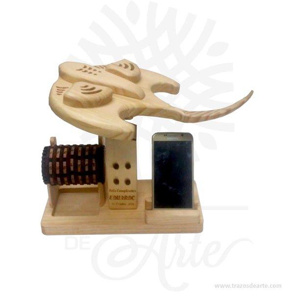 Escultura mantarraya multifuncional de oficina, con soporte para esferos, notas y iphone (celular), viene con un bello cryptex personalizable,un regalo ideal para decorar, es un regalo ideal para familiares y amigos. Excelente para decorar el hogar, la empresa, el estudio simplemente regalar porque pensé en ti. Unatallaes una obra deescultura, especialmente enmadera. La madera se talla mediante un proceso de desgaste y pulido, con el propósito de darle una forma determinada, que puede ser un objeto concreto o abstracto. El producto final puede ir desde unaesculturaindividual hasta elementos decorativos trabajados a mano que forman parte de unatracería. Escultura mantarraya multifuncional de oficina Medidas: 35 x 30 x 26 cm Material: Pino alta calidad de 1.8 cm de grosor. Vendido y enviado por: Trazos de Arte. Envió rápido y seguro. Fecha estimada de entrega: De 12 a 15 días hábiles (en Bogotá, Medellín, Cali), al resto del país de 5 a 14 días. Personalización Realice un pedido personalizado, podemos agregar lo que desee, como nombre, fecha, frase, logotipo, imagen o empaque regalo. Ofrecemos: Grabado por láser, grabado CNC Router, sublimado o papel adhesivo, el precio varía según el tipo de personalización que desee, encontrara más información enServiciosen nuestro menú secundario. Si desea cotizar o tiene preguntas presione el botónCotizar personalizacióncon gusto las responderemos.