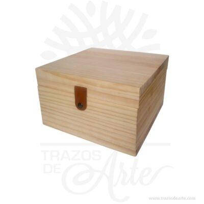 Caja regalo licor para personalizar en madera de pino de 26 X 26 X 15 cm en crudo con 6 compartimentos para complementar el regalo.Práctica caja para decorar y regalar, perfecta para los amantes de las manualidades y decoradores de fiestas y bodas. Esta caja de madera de pino es realmente original mantendrá sus recuerdos por muchos años. No ocupa mucho espacio y será una decoración de su hogar. La caja de madera perfeccionará el regalo para la boda, el aniversario, el día de San Valentín u otros eventos. La puede encontrar también como caja en MDF, caja decorativa , caja decorativa en madera MDF, cajas de madera para regalo o caja en madera con tapa. Elembalaje de maderase utiliza para para determinados productos tradicionales de gama alta (puros, bebidas alcohólicas, etc.). Los embalajes de madera siguen gozando de una buena imagen ante el consumidor al percibirlo como unproducto higiénico y con connotaciones de alta calidad. Se puede imprimir, aunque deficientemente, incorporando la marca y el logotipo del productor, así como otros mensajes prácticos. Siemprepuede destruirse o reciclarseevitando posibles problemas bacterianos derivados de lavados defectuosos. La caja de madera ha conseguido introducirse en determinados nichos de mercado muy localizados en cuanto a tamaño y producto en los que ha obtenido una gran fidelidad por parte de los compradores. Caja regalo licor para personalizar en madera de pino de 26 X 26 X 15 cm en crudo Material: Madera de pino de 15 mm de alta calidad. Color: Descripción en foto Tamaño 26 x 26 x 15 cm No incluye licor. Vendido y enviado por: Trazos de Arte. Envío rápido y seguro. Fecha estimada de entrega: De 6 a 9 días (en Bogotá, Medellín, Cali), al resto del país de 7 a 14 días. Personalización Realice un pedido personalizado, podemos agregar lo que desee, como nombre, fecha, frase, logotipo, imagen o empaque regalo. Ofrecemos: Grabado por láser, grabado CNC Router, sublimado o papel adhesivo, el precio varía según el tipo de pers