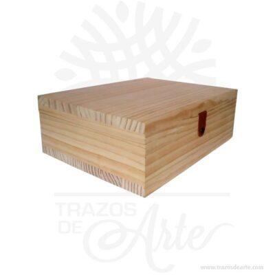 Caja regalo licor para personalizar en madera de pino de 35 X 26 X 12 cm en crudo con 6 compartimentos para complementar el regalo.Práctica caja para decorar y regalar, perfecta para los amantes de las manualidades y decoradores de fiestas y bodas. Esta caja de madera de pino es realmente original mantendrá sus recuerdos por muchos años. No ocupa mucho espacio y será una decoración de su hogar. La caja de madera perfeccionará el regalo para la boda, el aniversario, el día de San Valentín u otros eventos. La puede encontrar también como caja en MDF, caja decorativa , caja decorativa en madera MDF, cajas de madera para regalo o caja en madera con tapa. Elembalaje de maderase utiliza para para determinados productos tradicionales de gama alta (puros, bebidas alcohólicas, etc.). Los embalajes de madera siguen gozando de una buena imagen ante el consumidor al percibirlo como unproducto higiénico y con connotaciones de alta calidad. Se puede imprimir, aunque deficientemente, incorporando la marca y el logotipo del productor, así como otros mensajes prácticos. Siemprepuede destruirse o reciclarseevitando posibles problemas bacterianos derivados de lavados defectuosos. La caja de madera ha conseguido introducirse en determinados nichos de mercado muy localizados en cuanto a tamaño y producto en los que ha obtenido una gran fidelidad por parte de los compradores. Caja regalo licor para personalizar en madera de pino de 35 X 26 X 12 cm en crudo Material: Madera de pino de 18 mm de alta calidad. Color: Descripción en foto Tamaño 35 x 26 x 12 cm No incluye licor. Vendido y enviado por: Trazos de Arte. Envío rápido y seguro. Fecha estimada de entrega: De 6 a 9 días (en Bogotá, Medellín, Cali), al resto del país de 7 a 14 días. Personalización Realice un pedido personalizado, podemos agregar lo que desee, como nombre, fecha, frase, logotipo, imagen o empaque regalo. Ofrecemos: Grabado por láser, grabado CNC Router, sublimado o papel adhesivo, el precio varía según el tipo de pers