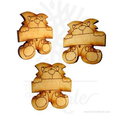 Aplique para fiesta infantil en mdf Pack X 12 unidades, figuras en mdfsonrecordatorios muyespeciales ideal para adornos en bodas, 15 años, aniversarios, cumpleaños y todo tipo de eventos. Personalizada con tu nombre, tus iniciales o algún diseño especial. Este es un maravilloso regalo, suvenir; empresarial o para amigos y familiares. Hermosos recuerdo de comunión, bautizo, baby shower, nacimiento, son en madera MDF de excelente calidad, empacados en paquetes de 12 unidades, todos se pueden grabar por la parte posterior. Losrecordatoriosson una pequeñas estampas que se entregan como obsequio a los asistentes a determinadas celebraciones sociales. Los recordatorios son unas piezas que se distribuyen con motivo de acontecimientos señalados comobautizos,comunionesofunerales. Los recordatorios son detalles especialmente característicos de la primera comunión. En ellos, se recoge el nombre del niño, la fecha y hora de la celebración y el lugar en donde tuvo lugar. Se decoran con la estampa de un angelito o una imagen semejante así como otros motivos ornamentales. Se entregan a los asistentes que los guardan como recuerdo de la jornada. Los recordatorios también son obsequios típicos para los invitados a un bautizo. En este caso, en ellos figura el nombre del bautizado así como la fecha de la celebración. Como en el supuesto anterior, suelen estar decorados con una imagen en el centro si bien, a veces, también se imprime la foto del niño, y se decoran con una orla u otro motivo. También es habitual que los recordatorios se distribuyan entre los asistentes a un funeral como agradecimiento del apoyo ofrecido a la familia, si bien esta costumbre se está perdiendo en las actuales generaciones. En la actualidad se utilizan diariamente comomerchandisingpublicitario por parte de marcas o accesorio por jóvenes, y se encuentran en distintos estilos, formas y decoración. Tenga en cuenta que la madera es un material único, por lo que cuándo lo reciba será similar, no exactamente al d