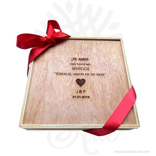 Caja de madera fotógrafo 23 X 23 X 5 cm para personalizar, práctica caja para decorar y regalar, perfecta para los amantes de las manualidades, decoradores de fiestas y bodas. Viene con hermosas texturas de vetas naturales y un aroma de madera natural. Perfecto para entregar fotos de boda u otras eventos. Esta caja de fotos de madera es realmente original mantendrá sus recuerdos por muchos años. No ocupa mucho espacio y será una decoración de su hogar. Nuestra caja de fotos de madera es la mejor solución para fotógrafos de bodas. La caja de madera de la foto perfeccionará el regalo para la boda, el aniversario, el día de San Valentín u otros eventos. Esta caja de madera es realmente original. No ocupa mucho espacio y será una decoración de su hogar ademas de un excelente organizador. La caja de madera perfeccionará el regalo para la boda, el aniversario, el día de San Valentín u otros eventos. La puede encontrar también como caja en MDF, caja decorativa , caja decorativa en madera MDF, cajas de madera para regalo o caja en madera con tapa. Caja de madera fotógrafo 23 X 23 X 5 cm para personalizar Material: Madera Pino de la Naturaleza Color: Descripción en foto Tamaño 23 x 23 x 5 cm El precio no incluye personalización. Vendido y enviado por: Trazos de Arte. Envío rápido y seguro. Fecha estimada de entrega: De 5 a 7 días (en Bogotá, Medellín, Cali), al resto del país de 7 a 14 días. Personalización Realice un pedido personalizado, podemos agregar lo que desee, como nombre, fecha, frase, logotipo, imagen o empaque regalo. Ofrecemos: Grabado por láser, grabado CNC Router, sublimado o papel adhesivo, el precio varía según el tipo de personalización que desee, encontrara más información enServiciosen nuestro menú secundario. Si desea cotizar o tiene preguntas presione el botónCotizar personalizacióncon gusto las responderemos.