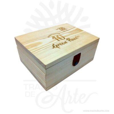 Caja estuche de 23 x 17 x 10 cm en madera de pino, viene con hermosas texturas de vetas naturales y un aroma de madera natural. También es perfecto para guardar joyas y cosas pequeñas. Es perfecto para guardar joyas y cosas pequeñas. Este es un maravilloso regalo, suvenir; empresarial o para amigos y familiares. Esta caja de madera de pino es realmente original mantendrá sus recuerdos por muchos años. No ocupa mucho espacio y será una decoración de su hogar. La caja de madera perfeccionará el regalo para la boda, el aniversario, el día de San Valentín u otros eventos. La puede encontrar también como caja en MDF, caja decorativa , caja decorativa en madera MDF, cajas de madera para regalo o caja en madera con tapa. Elembalaje de maderase utiliza para para determinados productos tradicionales de gama alta (puros, bebidas alcohólicas, etc.). Los embalajes de madera siguen gozando de una buena imagen ante el consumidor al percibirlo como unproducto higiénico y con connotaciones de alta calidad. Se puede imprimir,, incorporando la marca y el logotipo del productor, así como otros mensajes prácticos. Siemprepuede destruirse o reciclarseevitando posibles problemas bacterianos derivados de lavados defectuosos. La caja de madera ha conseguido introducirse en determinados nichos de mercado muy localizados en cuanto a tamaño y producto en los que ha obtenido una gran fidelidad por parte de los compradores. Tenga en cuenta que la madera es un material único, por lo que cuándo lo reciba será similar, no exactamente al de la foto. Caja estuche de 23 x 17 x 10 cm en madera de pino Material: Madera Pino de la Naturaleza Color: Descripción en foto Tamaño: 23 x 7 x 10 cm Cierre Dorado Vendido y enviado por: Trazos de Arte. Envió rápido y seguro. Fecha estimada de entrega: De 5 a 7 días (en Bogotá, Medellín, Cali), al resto del país de 7 a 14 días. Personalización Realice un pedido personalizado, podemos agregar lo que desee, como nombre, fecha, frase, logotipo, imagen o empaque regal