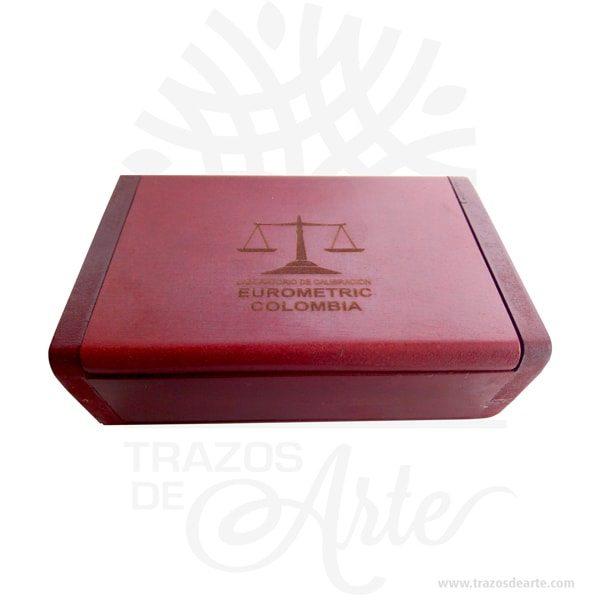 Caja estuche dulces de 15,5 X 9,5 X 5 cm pintada, hecha madera MDF de 9 mm espesor, tapa bisagra.También es perfecto para guardar joyas y cosas pequeñas. Este es un maravilloso regalo, suvenir; empresarial o para amigos y familiares. También puede usarse comoestuchepara guardar cosas de forma ordenada. Generalmente, se utiliza para objetos de pequeñas dimensiones y de cierto valor:joyas,relojes,plumas estilográficas, etc. A la industria que fabrica y comercializa estuches, se la llamaestuchería. Este tipo de productos se pueden encontrar también bajo el nombre de envoltorio, maleta,caja, valija, joyero, estuche, guardajoyas, huacal entre otros. En muchas ocasiones, y dependiendo del objeto, el estuche cuenta con unforradointerno para evitar el maltrato del objeto a ser cuidado. Tenga en cuenta que la madera es un material único, por lo que cuándo lo reciba será similar, no exactamente al de la foto. Caja estuche dulces de 15,5 X 9,5 X 5 cm pintada Material: Madera MDF de Alta calidad Color: Descripción en foto Tamaño 15,5 X 9,5 X 5 Vendido y enviado por: Trazos de Arte. Envió rápido y seguro. Fecha estimada de entrega: De 5 a 7 días (en Bogotá, Medellín, Cali), al resto del país de 7 a 14 días. Producto 100% ecológico yamigable con el medio ambiente Personalización Realice un pedido personalizado, podemos agregar lo que desee, como nombre, fecha, frase, logotipo, imagen o empaque regalo. Ofrecemos: Grabado por láser, grabado CNC Router, sublimado o papel adhesivo, el precio varía según el tipo de personalización que desee, encontrara más información enServiciosen nuestro menú secundario. Si desea cotizar o tiene preguntas presione el botónCotizar personalizacióncon gusto las responderemos.