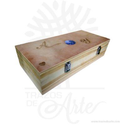 Caja estuche madera de 50 X 23 X 12 cm para personalizar, viene con hermosas texturas de vetas naturales y un aroma de madera natural. Este es un maravilloso regalo, suvenir; empresarial o para amigos y familiares. Estacaja estuche madera es realmente original mantendrá sus recuerdos por muchos años. No ocupa mucho espacio y será una decoración de su hogar. La caja de madera perfeccionará el regalo para la boda, el aniversario, el día de San Valentín u otros eventos. La puede encontrar también como caja en MDF, caja decorativa , caja decorativa en madera MDF, cajas de madera para regalo o caja en madera con tapa. Elembalaje de maderase utiliza para para determinados productos tradicionales de gama alta (puros, bebidas alcohólicas, etc.). Los embalajes de madera siguen gozando de una buena imagen ante el consumidor al percibirlo como unproducto higiénico y con connotaciones de alta calidad. Se puede imprimir, incorporando la marca y el logotipo del productor, así como otros mensajes prácticos. Ya sabes, si quieres hacer un regalo diferente contacta a Trazos de Arte transforma tus ideas en regalos ideales para cumpleaños, bodas, aniversarios, eventos o cualquier tipo de celebración. Encontraras cajas de madera para regalo, para anchetas, decorativas, para vinos, licores, además, cofres, baúles y variedad de estilo para diferentes usos. (Se fabrican con medidas personalizadas). Una caja que sin duda será un recuerdo que se guardará para siempre. Tenga en cuenta que la madera es un material único, por lo que cuándo lo reciba será similar, no exactamente al de la foto. Caja estuche madera de 50 X 23 X 12 cm para personalizar Material: Madera Pino y Triplex de Okume Color: Descripción en foto Tamaño: 50 x 23 x 12 cm Cierre tipo maletin Vendido y enviado por: Trazos de Arte. Envió rápido y seguro. Fecha estimada de entrega: De 6 a 7 días (en Bogotá, Medellín, Cali), al resto del país de 7 a 14 días. Personalización Realice un pedido personalizado, podemos agregar lo que de