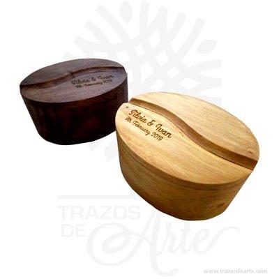 Hermosa y práctica caja grano de café de madera, viene con hermosas texturas de vetas naturales y un aroma de madera natural. Es perfecta para guardar joyas y cosas pequeñas, este es un maravilloso regalo, suvenir; empresarial o para amigos y familiares. La caja de madera perfeccionará el regalo para la boda, el aniversario, el día de San Valentín u otros eventos. El joyero es una caja que sirve para contener, guardar y conservar pequeños objetos ornamentales para el cuerpo puede contener joyas o bisutería, si la calidad del recubrimiento de un adorno de bisutería fina es buena, puede ser prácticamente indistinguible de una joya. Este tipo de productos se pueden encontrar también bajo el nombre de envoltorio, maleta, caja, valija, joyero, estuche, guardajoyas entre otros. Tenga en cuenta que la madera es un material único, por lo que cuándo lo reciba será similar, no exactamente al de la foto. Caja grano de café Material: Madera Pino de la Naturaleza Color: Descripción en foto Tamaño 7,3 x 5 x 3,7 cm Dimensión interior: 6 x 3,7 x 3 cm Vendido y enviado por:Trazos de Arte. Fecha estimada de entrega: De 5 a 7 días (en Bogotá, Medellín, Cali), al resto del país de 7 a 14 días. Producto 100% ecológico y amigable con el medio ambiente. Envió rápido y seguro. Personalización Realice un pedido personalizado, podemos agregar lo que desee, como nombre, fecha, frase, logotipo, imagen o empaque regalo. Ofrecemos: Grabado por láser, grabado CNC Router, sublimado o papel adhesivo, el precio varía según el tipo de personalización que desee, encontrara más información en Servicios en nuestro menú secundario. Si desea cotizar o tiene preguntas presione el botón Cotizar personalización con gusto las responderemos.