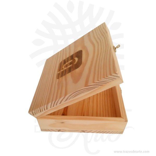 Caja en madera de pino de 22.5 x 22.5 x 9.2 cm en crudo, viene con hermosas texturas de vetas naturales y un aroma de madera natural.También es perfecto para como exhibidor, dulcero o joyero. Es un hermoso detalle que puedes personalizar por completo para un regalo completamente único.Es perfecto para guardar joyas y cosas pequeñas.Este es un maravilloso regalo, suvenir; empresarial o para amigos y familiares.Esta caja de madera de pino es realmente original mantendrá sus recuerdos por muchos años.No ocupa mucho espacio y será una decoración de su hogar.La caja de madera perfeccionará el regalo para la boda, el aniversario, el día de San Valentín u otros eventos.La puede encontrar también como caja en MDF, caja decorativa , caja decorativa en madera MDF, cajas de madera para regalo o caja en madera con tapa.Elembalaje de maderase utiliza para para determinados productos tradicionales de gama alta (puros, bebidas alcohólicas, etc.).Los embalajes de madera siguen gozando de una buena imagen y con connotaciones de alta calidad.Se puede imprimir,, incorporando la marca y el logotipo del productor, así como otros mensajes prácticos.La caja de madera ha conseguido introducirse en determinados nichos de mercado muy localizados en cuanto a tamaño y producto en los que ha obtenido una gran fidelidad por parte de los compradores.Tenga en cuenta que la madera es un material único, por lo que cuándo lo reciba será similar, no exactamente al de la foto.Caja en madera de pino de 22.5 x 22.5 x 9.2 cm en crudoMaterial: Madera Pino de la NaturalezaColor: Descripción en fotoTamaño: 22.5 x 22.5 x 9.2 cmCierre en tipo cofreFecha estimada de entrega: De 5 a 7 días hábiles (en Bogotá, Medellín, Cali), al resto del país de 7 a 14 días.Recuerda que el tiempo de entrega comienza a partir del momento en que tu pago sea confirmado.Todos los productos son entregados al domicilio que informaste al realizar la compra.Vendido y enviado por: Trazos de Arte.Envío rápido y seguro.PersonalizaciónReal