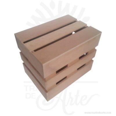 Caja regalo tipo guacal en madera MDF 28 X 20 X 24 cm en crudo. Práctica caja para decorar y regalar, perfecta para los amantes de las manualidades, decoradores de fiestas y bodas y útil como regalo de ancheta.Esta caja de madera MDF es realmente original.No ocupa mucho espacio y será una decoración de su hogar ademas de un excelente organizador.La caja de madera perfeccionará el regalo para la boda, el aniversario, el día de San Valentín u otros eventos. Practica como centro de mesa, mesa de dulces entre otros.La puede encontrar también como caja en MDF, caja decorativa , caja decorativa en madera MDF, cajas de madera para regalo o caja en madera con tapa.Elembalaje de maderase utiliza para para determinados productos tradicionales de gama alta (puros, bebidas alcohólicas, etc.).Los embalajes de madera siguen gozando de una buena imagen .Se puede imprimir, incorporando la marca y el logotipo, así como otros mensajes prácticos.Siemprepuede destruirse o reciclarse.La caja de madera ha conseguido introducirse en determinados nichos de mercado muy localizados en cuanto a tamaño y producto en los que ha obtenido una gran fidelidad por parte de los compradores.Tenga en cuenta que la madera es un material único, por lo que cuándo lo reciba será similar, no exactamente al de la foto.Caja regalo tipo guacal en madera MDF 28 X 20 X 24 cm en crudoMaterial: Madera MDF de 5.5 mm de alta calidad.Color: Descripción en fotoTamaño 28 x 20 x 24 cmFecha estimada de entrega: De 5 a 7 días hábiles (en Bogotá, Medellín, Cali), al resto del país de 7 a 14 días.Recuerda que el tiempo de entrega comienza a partir del momento en que tu pago sea confirmado.Todos los productos son entregados al domicilio que informaste al realizar la compra.Vendido y enviado por: Trazos de Arte.Envío rápido y seguro.PersonalizaciónRealice un pedido personalizado, podemos agregar lo que desee, como nombre, fecha, frase, logotipo, imagen o empaque regalo.Ofrecemos: Grabado por láser, grabado CNC Router, sublima