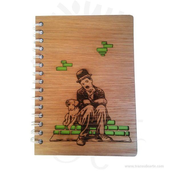 Cuaderno madera Charles Chaplin para personalizar lo puedes convertir en un articulo muy original, viene con hermosas texturas de vetas naturales y un aroma de madera natural. Precio incluye personalización.Este es un maravilloso regalo para estudiantes, universitarios, empresarios o para amigos y familiares.Tenga en cuenta que la madera es un material único, por lo que cuando lo reciba será similar, no exactamente al de la foto.Uncuaderno(también llamadocuadernillo,libreta,libro de notas, etc.) es un libro de pequeño o gran tamaño que se utiliza para tomar notas,dibujar,escribir, hacer tareas o añadir apuntes.Aunque mucha gente usa libretas, éstas son más comúnmente asociadas con losestudiantesque suelen llevar cuadernos para apuntar las notas/apuntes de las distintas asignaturas, o realizar los trabajos que los profesores les piden.Losartistasusan a menudo grandes cuadernos que incluyen amplios espacios de papel en blanco para poderdibujar.Cultivamos la responsabilidad de reducir al máximo los impactos negativos de nuestra actividad, de manera que las generaciones futuras todavía dispongan de recursos.Un producto ecosostenible es realizado íntegramente en materiales naturales, sean estos de origen animal, vegetal o mineral.En el caso de la madera, nos amparamos siempre enmaderas con sellos del tipo FSC o PEFC que nos garantizan que provienen de bosques gestionados de forma sostenible.Nuestro planeta es finito y sus recursos, también.Cuaderno madera Charles Chaplin para personalizarMateriales: Madera triplex 2 mm de espesor, proveniente de una plantación forestal certificada.Tamaño: Formato: 15 x 21,5 cm.Color: Descripción en fotoEspecificaciones: Cortadas y grabadas en laser.Encuadernación: Anillado doble o metálico.Separadores: 2 de cartulinaCantidad de páginas: 100Fecha estimada de entrega: De 5 a 6 días hábiles (en Bogotá, Medellín, Cali), al resto del país de 7 a 14 días.Recuerda que el tiempo de entrega comienza a partir del momento en que tu pago sea confirm