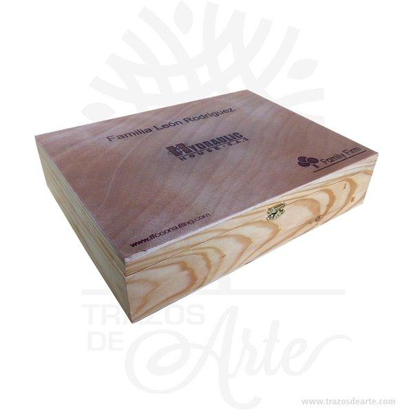 Caja estuche con cierre de 35 x 27 x 8 cm lacada en madera de pino y triplex de okume para personalizar, viene con hermosas texturas de vetas naturales y un aroma de madera natural. También es perfecto como exhibidor, dulcero o joyero. Es un hermoso detalle que puedes personalizar por completo para un regalo completamente único. Este es un maravilloso regalo, suvenir; empresarial o para amigos y familiares. Esta caja es realmente original mantendrá sus recuerdos por muchos años. No ocupa mucho espacio y será una decoración de su hogar. La caja de madera perfeccionará el regalo para la boda, el aniversario, el día de San Valentín u otros eventos. La puede encontrar también como caja en MDF, caja decorativa , caja decorativa en madera MDF, cajas de madera para regalo o caja en madera con tapa. Elembalaje de maderase utiliza para para determinados productos tradicionales de gama alta (puros, bebidas alcohólicas, etc.). Los embalajes de madera siguen gozando de una buena imageny con connotaciones de alta calidad. Se puede imprimir,, incorporando la marca y el logotipo del productor, así como otros mensajes prácticos. La caja de madera ha conseguido introducirse en determinados nichos de mercado muy localizados en cuanto a tamaño y producto en los que ha obtenido una gran fidelidad por parte de los compradores. Tenga en cuenta que la madera es un material único, por lo que cuándo lo reciba será similar, no exactamente al de la foto. Caja estuche con cierre de 35 x 27 x 8 cm lacada Material: Madera Pino y triple de Okume Color: Pintada natural (lacada) Tamaño: 38 x 27 x 8 cm Cierre Dorado Fecha estimada de entrega: De 5 a 7 días hábiles (en Bogotá, Medellín, Cali), al resto del país de 7 a 14 días. Recuerda que el tiempo de entrega comienza a partir del momento en que tu pago sea confirmado. Todos los productos son entregados al domicilio que informaste al realizar la compra. Vendido y enviado por: Trazos de Arte. Envió rápido y seguro. Personalización Realice un pedido p