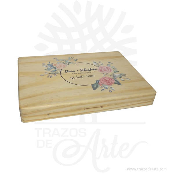 Caja para fotos en madera con pendrive USB personalizado de 22 x 16 x 3 cm en madera de pino con tapa ajuste, viene con hermosas texturas de vetas naturales y un aroma de madera natural. Perfecto para entregar fotos de boda u otras eventos. Fabricamos cajas de madera para los que buscan presentar su trabajo de una manera exclusiva y creativa. Las cajas están hechas a mano en maderas nobles de alta calidad y están personalizadas y grabadas con logotipos o texto a su elección, tanto en láser como a todo color. Esta caja de fotos de madera es realmente original y mantendrá en sus recuerdos por muchos años. Puede utilizarlas para entregar reportajes y fotografía de bodas, comuniones, bebes, niños, para celebraciones y eventos. También puede adquirir una unidad de pendrive USBdemaderade 8Gb o 16 Gb que también se puede personalizar para que coincida con su marca. Si usted está buscando diferenciarse por encima del resto de la competencia, la inversión en estas cajas sin duda hará que sus clientes se sientan especiales. No ocupa mucho espacio y será una decoración de su hogar. Nuestra caja de fotos de madera es la mejor solución para fotógrafos de bodas. La caja de madera de la foto perfeccionará el regalo para la boda, el aniversario, el día de San Valentín u otros eventos. Caja para fotos en madera con pendrive USB personalizado Material: MDF Color: Descripción en foto Tamaño: 22 x 16 x 3 cm El precio incluye pendrive USB 8 Gb. El precio de la personalización se venden por separado Fecha estimada de entrega: De 5 a 6 días hábiles (en Bogotá, Medellín, Cali), al resto del país de 7 a 14 días. Recuerda que el tiempo de entrega comienza a partir del momento en que tu pago sea confirmado. Todos los productos son entregados al domicilio que informaste al realizar la compra. Vendido y enviado por: Trazos de Arte. Envió rápido y seguro. Personalización Realice un pedido personalizado, podemos agregar lo que desee, como nombre, fecha, frase, logotipo, imagen o empaque regalo. O
