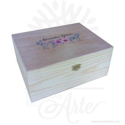 Caja estuche en madera con cierre de 23 x 18 x 11 cm personalizada en impresión sólido, viene con hermosas texturas de vetas naturales y un aroma de madera natural. Es perfecta para usar como caja de té o para guardar joyas y cosas pequeñas gracias a sus divisiones internas brindando 6 compartimentos. Este es un maravilloso regalo, suvenir; empresarial o para amigos y familiares. Un estuche es una caja pequeña que sirve para guardar cosas de forma ordenada. Generalmente, se utiliza para objetos de pequeñas dimensiones y de cierto valor: joyas, relojes, plumas estilográficas, etc. La puede encontrar también como caja en pino, caja decorativa , cajitas de madera, cajitas de regalo, caja decorativa en madera pino, cajas de madera para regalo o caja en madera con tapa. Elembalaje de maderase utiliza para para determinados productos tradicionales de gama alta (puros, bebidas alcohólicas, etc.). Los embalajes de madera siguen gozando de una buena imageny con connotaciones de alta calidad. Se puede imprimir,, incorporando la marca y el logotipo del productor, así como otros mensajes prácticos. La caja de madera ha conseguido introducirse en determinados nichos de mercado muy localizados en cuanto a tamaño y producto en los que ha obtenido una gran fidelidad por parte de los compradores. Tenga en cuenta que la madera es un material único, por lo que cuándo lo reciba será similar, no exactamente al de la foto. Caja estuche en madera con cierre de 23 x 18 x 11 cm personalizada Material: Madera Pino de la Naturaleza y Triplex de Okume Color: Descripción en foto Tamaño: 18 x 23 x 11 cm con 6 compartimentos internos. El precio incluye personalización básica similar foto,(tamaño aproximado personalización de 14 x 6 cm, si su diseño es mas complejo le podemos cotizar). Fecha estimada de entrega: De 4 a 5 días hábiles (en Bogotá, Medellín, Cali), al resto del país de 7 a 14 días. Recuerda que el tiempo de entrega comienza a partir del momento en que tu pago sea confirmado. Todos lo