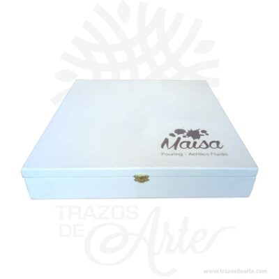 Caja estuche en madera de 38 x 38 x 8 cm pintada de blanco para personalizar,es perfecto como exhibidor, dulcero o joyero. Es un hermoso detalle que puedes personalizar por completo para un regalo completamente único. Este es un maravilloso regalo, suvenir; empresarial o para amigos y familiares. Esta caja es realmente original mantendrá sus recuerdos por muchos años. No ocupa mucho espacio y será una decoración de su hogar. La caja de madera perfeccionará el regalo para la boda, el aniversario, el día de San Valentín u otros eventos. La puede encontrar también como caja en pino, caja decorativa , caja decorativa en madera pino, cajas de madera para regalo o caja en madera con tapa. Elembalaje de maderase utiliza para para determinados productos tradicionales de gama alta (puros, bebidas alcohólicas, etc.). Los embalajes de madera siguen gozando de una buena imageny con connotaciones de alta calidad. Se puede imprimir,, incorporando la marca y el logotipo del productor, así como otros mensajes prácticos. La caja de madera ha conseguido introducirse en determinados nichos de mercado muy localizados en cuanto a tamaño y producto en los que ha obtenido una gran fidelidad por parte de los compradores. Tenga en cuenta que la madera es un material único, por lo que cuándo lo reciba será similar, no exactamente al de la foto. Caja estuche en madera de 38 x 38 x 8 cm pintada de blanco Material: MDF Color: Pintada Tamaño: 38 x 38 x 8 cm Cierre Dorado El precio no incluye personalización Fecha estimada de entrega: De 5 a 7 días hábiles (en Bogotá, Medellín, Cali), al resto del país de 7 a 14 días. Recuerda que el tiempo de entrega comienza a partir del momento en que tu pago sea confirmado. Todos los productos son entregados al domicilio que informaste al realizar la compra. Vendido y enviado por: Trazos de Arte. Envió rápido y seguro.  Personalización Realiza un pedido personalizado, podemos agregar lo que desees, como nombre, fecha, frase, logotipo, imagen o empaque regalo.