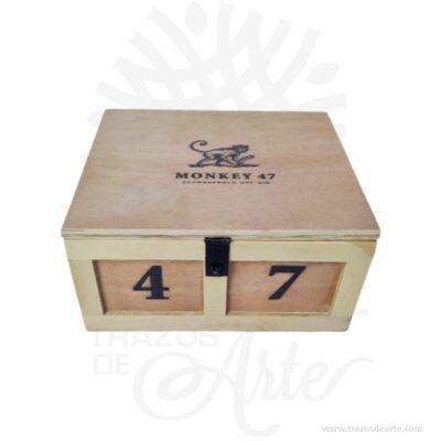 Caja madera embalaje para personalizar 25 X 22 X 12.5 cm en crudo con cierre. Práctica caja para decorar y regalar, perfecta para los amantes de las manualidades, decoradores de fiestas y bodas y útil como regalo de ancheta. Esta caja de madera de pino es realmente original. No ocupa mucho espacio y será una decoración de su hogar ademas de un excelente organizador. La caja de madera perfeccionará el regalo para la boda, el aniversario, el día de San Valentín u otros eventos. Practica como centro de mesa, mesa de dulces entre otros. La puede encontrar también como caja en MDF, caja decorativa , caja decorativa en madera MDF, cajas de madera para regalo o caja en madera con tapa. Elembalaje de maderase utiliza para para determinados productos tradicionales de gama alta (puros, bebidas alcohólicas, etc.). Los embalajes de madera siguen gozando de una buena imagen ante el consumidor al percibirlo como unproducto higiénico y con connotaciones de alta calidad. Se puede imprimir, incorporando la marca y el logotipo del productor, así como otros mensajes prácticos. Siemprepuede destruirse o reciclarseevitando posibles problemas bacterianos derivados de lavados defectuosos. La caja de madera ha conseguido introducirse en determinados nichos de mercado muy localizados en cuanto a tamaño y producto en los que ha obtenido una gran fidelidad por parte de los compradores. Caja madera embalaje para personalizar 25 X 22 X 12.5 cm en crudo con cierre Material: Triplex de pino y de Okume de alta calidad. Color: Descripción en foto Tamaño 25 x 22 x 12.5 cm Fecha estimada de entrega: De 5 a 7 días (en Bogotá, Medellín, Cali), al resto del país de 7 a 14 días. El precio no incluye personalización (Cotizamos tu diseño). Recuerda que el tiempo de entrega comienza a partir del momento en que tu pago sea confirmado. Todos los productos son entregados al domicilio que informaste al realizar la compra. Vendido y enviado por: Trazos de Arte. Envío rápido y seguro. Personalización Realiza un p