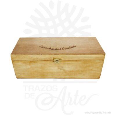 Caja madera de pino y triplex de Okume de 28 x 11 x 11 cm para personalizar. Práctica caja para empaque, decorar y regalar, perfecta para los amantes de las manualidades, decoradores de fiestas y bodas y útil como regalo de ancheta. Esta caja de madera de pino es realmente original. No ocupa mucho espacio y será una decoración de su hogar ademas de un excelente organizador. La caja de madera perfeccionará el regalo para la boda, el aniversario, el día de San Valentín u otros eventos. Practica como centro de mesa, mesa de dulces entre otros. La puede encontrar también como caja en MDF, caja decorativa , caja decorativa en madera MDF, cajas de madera para regalo o caja en madera con tapa. Elembalaje de maderase utiliza para para determinados productos tradicionales de gama alta (puros, bebidas alcohólicas, etc.). Los embalajes de madera siguen gozando de una buena imagen ante el consumidor al percibirlo como unproducto higiénico y con connotaciones de alta calidad. Se puede imprimir, incorporando la marca y el logotipo del productor, así como otros mensajes prácticos. Siemprepuede destruirse o reciclarse. La caja de madera ha conseguido introducirse en determinados nichos de mercado muy localizados en cuanto a tamaño y producto en los que ha obtenido una gran fidelidad por parte de los compradores. Caja madera de pino y triplex de Okume de 28 x 11 x 11 cm para personalizar Material: Madera de pino y triplex de Okume de alta calidad. Color: Descripción en foto Tamaño 28 x 11 x 11 cm El precio incluye personalización básica similar foto (si tu diseño es más complejo te podemos cotizar). Fecha estimada de entrega: De 4 a 5 días hábiles (en Bogotá, Medellín, Cali), al resto delpaís de 7 a 14 días. Recuerda que el tiempo de entrega comienza a partir del momento en que tu pago sea confirmado. Todos los productos son entregados al domicilio que informaste al realizar la compra. Vendido y enviado por: Trazos de Arte. Envío rápido y seguro.  Personalización Realiza un pedido p