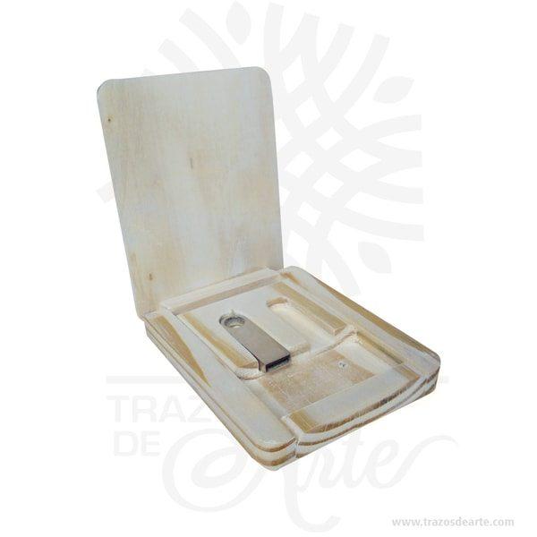 Caja estuche de madera para dos memorias usb de 10 x 8 x 1,8 cm, caja organizador diseñada para guardar las memorias USB, ideal para transportarles a donde necesites. Su bello y clásico diseño portable permite que sea puesto en el bolso, la mochila o el otro lugar. Es ideal para quienes dependemos de un archivador portátil, puede ser completamente personalizada, funciona excelente como regalo de cumpleaños, bodas, fiestas de XV o porque pensé en ti. Este es un maravilloso regalo para amigos y familiares. Se trata de un modelo ideal para empresas que quiera, transmitir unos valores de sostenibilidad y respeto al medio ambiente. Posee una gran área de marcaje para hacer bien visible el logotipo de la marca que puede ser impreso mediante impresión en rígido a todo color o usando la técnica de marcaje laser. Perfecta para decorar boda, cumpleaños, el día de San Valentín u otros eventos. Tenga en cuenta que la madera es un material único, por lo que cuándo lo reciba será similar, no exactamente al de la foto. Caja estuche de madera para dos memorias usb de 10 x 8 x 1,8 cm Material: Madera de pino y Triplex de Pino Color: Madera Natural Tamaño: 10 x 8 x 1,8 cm El precio incluye personalización básica similar foto (si su diseño es más complejo le podemos cotizar). Fecha estimada de entrega: De 4 a 5 días hábiles (en Bogotá, Medellín, Cali), al resto delpaís de 7 a 14 días. Recuerda que el tiempo de entrega comienza a partir del momento en que tu pago sea confirmado. Todos los productos son entregados al domicilio que informaste al realizar la compra. Vendido y enviado por: Trazos de Arte. Envió rápido y seguro.  Personalización Realice un pedido personalizado, podemos agregar lo que desee, como nombre, fecha, frase, logotipo, imagen o empaque regalo. Ofrecemos: Grabado por láser, grabado CNC Router, sublimado o papel adhesivo, el precio varía según el tipo de personalización que desee, encontrara más información enServiciosen nuestro menú secundario. Si desea cotizar o tie