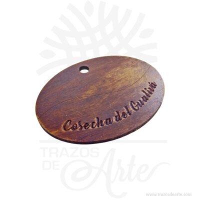 Etiqueta en MDF personalizada grabada en láser pack x 12 unidades, haz que tu producto se destaque, las etiquetas en madera y MDF hacen ver tus productos mas profesionales y le dan un toque artesanal realmente bello. Nuestras etiquetas se ven muy bien en todos los artículos. También las encuentras como etiquetas de logotipo, etiquetas personalizadas, etiquetas hecho a mano, etiquetas de madera personalizadas entre otros. Hacemos etiquetas grabadas a láser o en impresión en solido a color en madera o MDF para colocarlas en tus productos. Se confeccionan con texto simple definido con el nombre que busquen, máximo dos lineas Las etiquetas son ideales cuando vendes o comercializas productos,o cuando buscas una manera original de transmitir mensajes o ideas. Nuestras etiquetas son una forma original de hacer llegar tu mensaje a quien quieras. Puedes utilízalas como regalo a los invitados, como llavero o recordatorio, también como etiqueta de precio para tus productos. Ofrece a tus invitados, amigos o clientes una forma diferente de entender las etiquetas. Etiqueta en MDF personalizada grabada en láser pack x 12 unidades Material: MDF Tamaño: 5 x 7 x 0.3 cm El precio incluye personalización básica similar foto (si tu diseño es más complejo te podemos cotizar). Fecha estimada de entrega: De 4 a 5 días hábiles (en Bogotá, Medellín, Cali), al resto delpaís de 7 a 14 días. Recuerda que el tiempo de entrega comienza a partir del momento en que tu pago sea confirmado. Todos los productos son entregados al domicilio que informaste al realizar la compra. Vendido y enviado por: Trazos de Arte. Envío rápido y seguro.   Personalización Realiza un pedido personalizado, podemos agregar lo que desees, como nombre, fecha, frase, logotipo, imagen o empaque regalo. Ofrecemos: Grabado por láser, grabado CNC Router, sublimado o papel adhesivo, el precio varía según el tipo de personalización que desees, encontrarás más información enServiciosen nuestro menú secundario. Si deseas cotizar o t