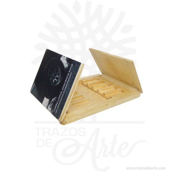 Caja estuche de madera para memorias USB personalizada de 17 x 12 x 1,8 cm, caja organizador diseñada para guardar las memorias USB, ideal para transportarlas a donde necesites. Su bello y clásico diseño portable permite que sea puesto en el bolso, la mochila o el otro lugar. Es ideal para quienes dependemos de un archivador portátil, puede ser completamente personalizada, funciona excelente como regalo de cumpleaños, bodas, fiestas de XV o porque pensé en ti. Este es un maravilloso regalo para amigos y familiares. Se trata de un modelo ideal para empresas que quiera, transmitir unos valores de sostenibilidad y respeto al medio ambiente. Posee una gran área de marcaje para hacer bien visible el logotipo de la marca que puede ser impreso mediante impresión en rígido a todo color o usando la técnica de marcaje laser. Perfecta para decorar boda, cumpleaños, el día de San Valentín u otros eventos. Tenga en cuenta que la madera es un material único, por lo que cuándo lo reciba será similar, no exactamente al de la foto. Caja estuche de madera para memorias USB personalizada Material: Madera de pino y Triplex de Pino Color: Madera Natural Tamaño: 17 x 12 x 1,8 cm El precio incluye personalización en impresión en rígido. Fecha estimada de entrega: De 4 a 5 días hábiles (en Bogotá, Medellín, Cali), al resto delpaís de 7 a 14 días. Recuerda que el tiempo de entrega comienza a partir del momento en que tu pago sea confirmado. Todos los productos son entregados al domicilio que informaste al realizar la compra. Vendido y enviado por: Trazos de Arte. Envió rápido y seguro.  Personalización Realice un pedido personalizado, podemos agregar lo que desee, como nombre, fecha, frase, logotipo, imagen o empaque regalo. Ofrecemos: Grabado por láser, grabado CNC Router, sublimado o papel adhesivo, el precio varía según el tipo de personalización que desee, encontrara más información enServiciosen nuestro menú secundario. Si desea cotizar o tiene preguntas presione el botónCotizar person