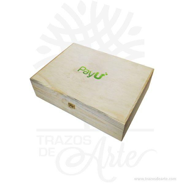 Caja fichero en madera de pino de 35 x 25 x 9 cm en crudo, estos ficheros se elaboran en su mayoría en acrílico, los nuestros son en madera y MDF, se personalizan con el logotipo y frases de la compañía. Adicional si requieres podemos fabricar las fichas. Diseñado para contener 30 fichas, si lo requieres de mayor capacidad lo podemos fabricar según su necesidad. Los ficheros tienen diversos usos, como son: en las entradas de edificios, entradas de conjuntos residenciales, entradas de parqueaderos, entre otros, para llevar un mejor control del ingreso de visitantes y propietarios en sus instalaciones. La caja fichero en madera de pino de 35 x 25 x 9 cm en crudo es perfecta para controlar y decorar. Tenga en cuenta que la madera es un material único, por lo que cuándo lo reciba será similar, no exactamente al de la foto. Caja fichero en madera de pino de 35 x 25 x 9 cm en crudo Material: Madera de pino y MDF Color: Madera Natural Tamaño: 35 x 25 x 9 cm El precio no incluye personalización. Fecha estimada de entrega: De 5 a 6 días hábiles (en Bogotá, Medellín, Cali), al resto del país de 7 a 14 días. Recuerda que el tiempo de entrega comienza a partir del momento en que tu pago sea confirmado. Todos los productos son entregados al domicilio que informaste al realizar la compra. Vendido y enviado por: Trazos de Arte. Envió rápido y seguro.  Personalización Realiza un pedido personalizado, podemos agregar lo que desees, como nombre, fecha, frase, logotipo, imagen o empaque regalo. Ofrecemos: Grabado por láser, grabado CNC Router, sublimado o papel adhesivo, el precio varía según el tipo de personalización que desees, encontrarás más información enServiciosen nuestro menú secundario. Si deseas cotizar o tienes preguntas presiona el botónCotizar personalizacióncon gusto las responderemos.   ¿Cómo comprar? Selecciona tu producto. Si tienes alguna duda por favor escríbenos. Haz clic en el botón de compra y la cantidad que deseas. Ingresa los datos de facturación y entrega. R