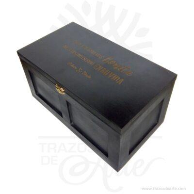 Caja en MDF marcada con mensaje personalizado de 30 x 15 x 15 cm, bella caja en MDF hecha a mano personalizada con un estilo desgastado es un regalo perfecto para cualquier ocasión, puedes personalizarla con la frase que tú elijas ademas puedes elegir el color de la caja. Este producto está hecho a mano de forma 100% artesanal, está pintada a mano de forma personalizada. Caja marcada con el mensaje que tú quieras, un regalo para toda la vida. Ideal para regalo o para guardar objetos en tu casa u oficina, puedes colocar una imagen o una frase en la tapa. Caja madera en MDF regalo 25 X 11 X 11 cm para personalizar, Este es un maravilloso regalo, suvenir; empresarial o para amigos y familiares. Estacaja estuche madera es realmente original mantendrá sus recuerdos por muchos años. No ocupa mucho espacio y será una decoración de su hogar. La caja de madera perfeccionará el regalo para la boda, el aniversario, el día de San Valentín u otros eventos. La puede encontrar también como caja en MDF, caja decorativa , caja decorativa en madera MDF, cajas de madera para regalo o caja en madera con tapa. Ya sabes, si quieres hacer un regalo diferente contacta a Trazos de Arte transforma tus ideas en regalos ideales para cumpleaños, bodas, aniversarios, eventos o cualquier tipo de celebración. Encontraras cajas de madera para regalo, para anchetas, decorativas, para vinos, licores, además, cofres, baúles y variedad de estilo para diferentes usos. (Se fabrican con medidas personalizadas). Una caja que sin duda será un recuerdo que se guardará para siempre. Tenga en cuenta que la madera es un material único, por lo que cuándo lo reciba será similar, no exactamente al de la foto. Caja de madera marcada con mensaje personalizado de 30x15x15 cm Material: MDF de alta calidad Tamaño: 30x15x15 cm El precio no incluye personalización. (te podemos cotizar). Fecha estimada de entrega: De 4 a 5 días hábiles (en Bogotá, Medellín, Cali), al resto del país de 7 a 14 días. Recuerda que el tiempo d