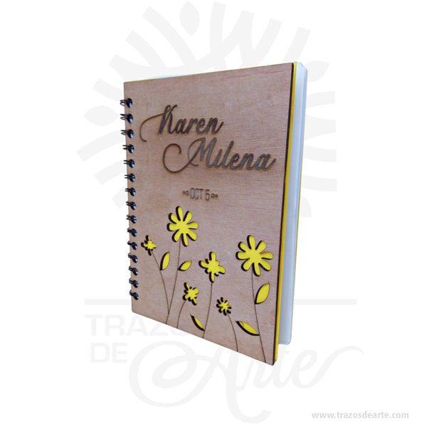 Cuaderno madera con personalización dos caras lo puedes convertir en un articulo muy original, viene con hermosas texturas de vetas naturales y un aroma de madera natural. Precio incluye personalización. Este es un maravilloso regalo para estudiantes, universitarios, empresarios o para amigos y familiares. Tenga en cuenta que la madera es un material único, por lo que cuando lo reciba será similar, no exactamente al de la foto. Uncuaderno(también llamadocuadernillo,libreta,libro de notas, etc.) es un libro de pequeño o gran tamaño que se utiliza para tomar notas,dibujar,escribir, hacer tareas o añadir apuntes. Aunque mucha gente usa libretas, éstas son más comúnmente asociadas con losestudiantesque suelen llevar cuadernos para apuntar las notas/apuntes de las distintas asignaturas, o realizar los trabajos que los profesores les piden. Losartistasusan a menudo grandes cuadernos que incluyen amplios espacios de papel en blanco para poderdibujar. Cultivamos la responsabilidad de reducir al máximo los impactos negativos de nuestra actividad, de manera que las generaciones futuras todavía dispongan de recursos. Un producto ecosostenible es realizado íntegramente en materiales naturales, sean estos de origen animal, vegetal o mineral. En el caso de la madera, nos amparamos siempre enmaderas con sellos del tipo FSC o PEFC que nos garantizan que provienen de bosques gestionados de forma sostenible. Nuestro planeta es finito y sus recursos, también. Cuaderno madera con personalización dos caras Materiales: Madera triplex 2 mm de espesor, proveniente de una plantación forestal certificada. Tamaño: Formato: 15 x 21,5 cm. Color: Descripción en foto Especificaciones: Cortadas y grabadas en laser. Encuadernación: Anillado doble o metálico. Separadores: 2 de cartulina Cantidad de páginas: 80 Fecha estimada de entrega: De 5 a 6 días hábiles (en Bogotá, Medellín, Cali), al resto del país de 7 a 14 días. Recuerda que el tiempo de entrega comienza a partir del momento en que tu pago s
