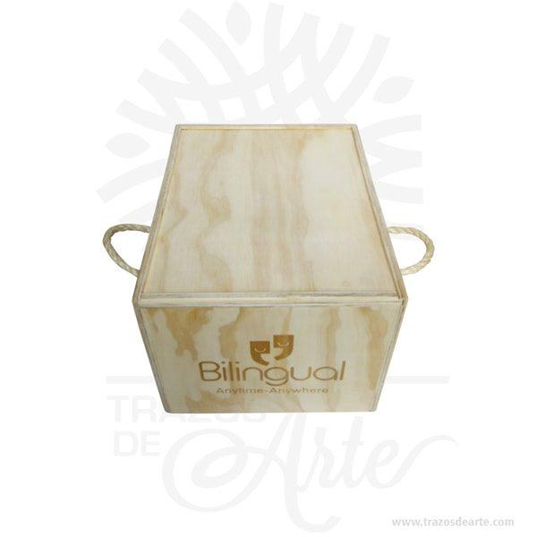 Caja en madera triplex de pino y manijas lazo de 22 x 31 x 20,5 cm tapa deslizable y lazo para personalizar con grabado o impresión con el mensaje que tú quieras, un regalo perfecto. Unacaja de maderaen color natural con tapa deslizablepersonalizada como tú quieras. Unacaja de madera personalizadaútil para guardar maravillosos recuerdos. Esta caja se convierte en un regalo diferente y original que guardará para siempre y decorará su casa. Ideal para regalas a tu madre, a tu padre, a tu hermano, a tus amigos perfecto para hombres y mujeres. Práctica caja para decorar y regalar, perfecta para los amantes de las manualidades y decoradores de fiestas y bodas. Esta caja de madera de pino es realmente original mantendrá sus recuerdos por muchos años. No ocupa mucho espacio y será una decoración de su hogar. La caja de madera perfeccionará el regalo para la boda, el aniversario, el día de San Valentín u otros eventos. La puede encontrar también como caja en MDF, caja decorativa , caja decorativa en madera MDF, cajas de madera para regalo o caja en madera con tapa. La caja de madera ha conseguido introducirse en determinados nichos de mercado muy localizados en cuanto a tamaño y producto en los que ha obtenido una gran fidelidad por parte de los compradores. Tenga en cuenta que la madera es un material único, por lo que cuándo lo reciba será similar, no exactamente al de la foto. Caja en madera triplex de pino y manijas lazo de 22 x 31 x 20,5 cm tapa deslizable y lazo Material: Triplex de pino Color: Natural Tamaño: 22 x 31 x 20,5 cm No incluye precio personalización. El precio incluye personalización básica similar foto, (si su diseño es mas complejo te podemos cotizar). Fecha estimada de entrega: De 5 a 6 días hábiles (en Bogotá, Medellín, Cali), al resto del país de 7 a 14 días. Recuerda que el tiempo de entrega comienza a partir del momento en que tu pago sea confirmado. Todos los productos son entregados al domicilio que informaste al realizar la compra. Vendido y envi
