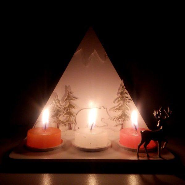 Soporte velas montaña navidad blanco en MDF de 3 mm, cortado con láser y pintado a mano. Este es un maravilloso regalo, suvenir; empresarial o para amigos y familiares. Elportavelasoporta velaes un objeto que sirve de soporte a unavela, hermano menor o sinónimo depalmatorias,candelabros habituales en el comercio. LaNavidad, también llamada coloquialmente «pascua», es una de las festividades más importantes delcristianismo, junto con laPascua de resurrecciónyPentecostés. Esta solemnidad, que conmemora el nacimiento deJesucristoenBelén, se celebra el25 de diciembreen laIglesia católica, en laIglesia anglicana, en algunascomunidades protestantesy en la mayoría de lasIglesias ortodoxas. En cambio, se festeja el7 de eneroen otrasIglesias ortodoxascomo laIglesia ortodoxa rusao laIglesia ortodoxa de Jerusalén, que no aceptaron la reforma hecha alcalendario julianopara pasar al calendario conocido comogregoriano, nombre derivado de su reformador, elpapaGregorio XIII. El 25 de diciembre es un día festivo en muchos países celebrado por millones de personas alrededor del mundo y también por un gran número de no cristianos. Soporte velas montaña navidad blanco en MDF de 3 mm Material: MDF de 3 mm de Alta Calidad Tamaño 20 x 20 x 12 cm Color: Descripción en foto Vendido y enviado por: Trazos de Arte. Envió rápido y seguro Nombre Material: MDF de 3 mm de Alta Calidad Color: Descripción en foto Tamaño 20 x 20 x 12 cm El precio incluye personalización básica similar foto, (si su diseño es mas complejo te podemos cotizar). Fecha estimada de entrega: De 5 a 6 días hábiles (en Bogotá, Medellín, Cali), al resto del país de 7 a 14 días. Recuerda que el tiempo de entrega comienza a partir del momento en que tu pago sea confirmado. Todos los productos son entregados al domicilio que informaste al realizar la compra. Vendido y enviado por: Trazos de Arte. Envío rápido y seguro. Personalización Realiza un pedido personalizado, podemos agregar lo que desees, como nombre, fecha, frase, logoti