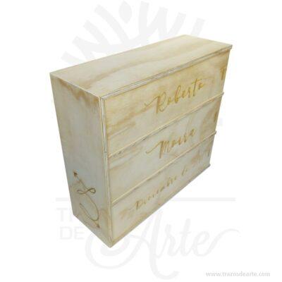 Caja para 3 botellas de vino para personalizar de 36 x 34,5 x 12 cm, gran caja de vino con tres compartimentos para botellas de vino. Fabricado en Triplex de pino. Crear un regalo único es muy sencillo, práctica caja para decorar y regalar, perfecta para los amantes de las manualidades y decoradores de fiestas y bodas. Esta caja de madera de pino es realmente original mantendrá sus recuerdos por muchos años. No ocupa mucho espacio y será una decoración de su hogar. La caja de madera perfeccionará el regalo para la boda, el aniversario, el día de San Valentín u otros eventos. La puede encontrar también como caja en MDF, caja decorativa , caja decorativa en madera MDF, cajas de madera para regalo o caja en madera con tapa. Elembalaje de maderase utiliza para para determinados productos tradicionales de gama alta (puros, bebidas alcohólicas, etc.). Los embalajes de madera siguen gozando de una buena imagen ante el consumidor al percibirlo como unproducto higiénico y con connotaciones de alta calidad. Se puede imprimir,incorporando la marca y el logotipo del productor, así como otros mensajes prácticos. Siemprepuede destruirse o reciclarseevitando posibles problemas bacterianos derivados de lavados defectuosos. La caja de madera ha conseguido introducirse en determinados nichos de mercado muy localizados en cuanto a tamaño y producto en los que ha obtenido una gran fidelidad por parte de los compradores. Caja para 3 botellas de vino para personalizar de 36 x 34,5 x 12 cm Material: Madera de pino de 12 mm de alta calidad. Color: Descripción en foto Tamaño 36 x 34,5x 12 cm No incluye licor. Fecha estimada de entrega: De 6 a 9 días (en Bogotá, Medellín, Cali), al resto del país de 7 a 14 días. El precio incluye personalización similar foto, (si tu diseño es mas complejo te podemos cotizar). Recuerda que el tiempo de entrega comienza a partir del momento en que tu pago sea confirmado. Todos los productos son entregados al domicilio que informaste al realizar la compra. Vend